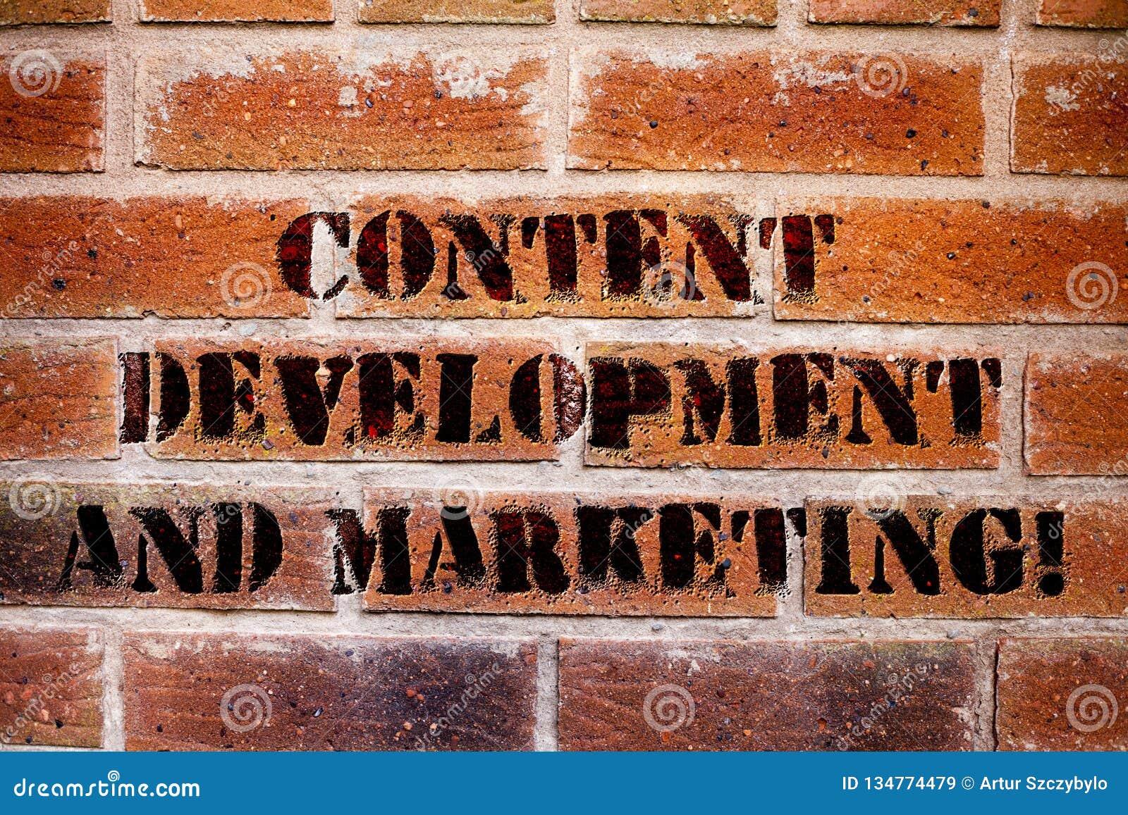 Écriture conceptuelle de main montrant le développement et la commercialisation satisfaits Optimisation sociale de la publicité d