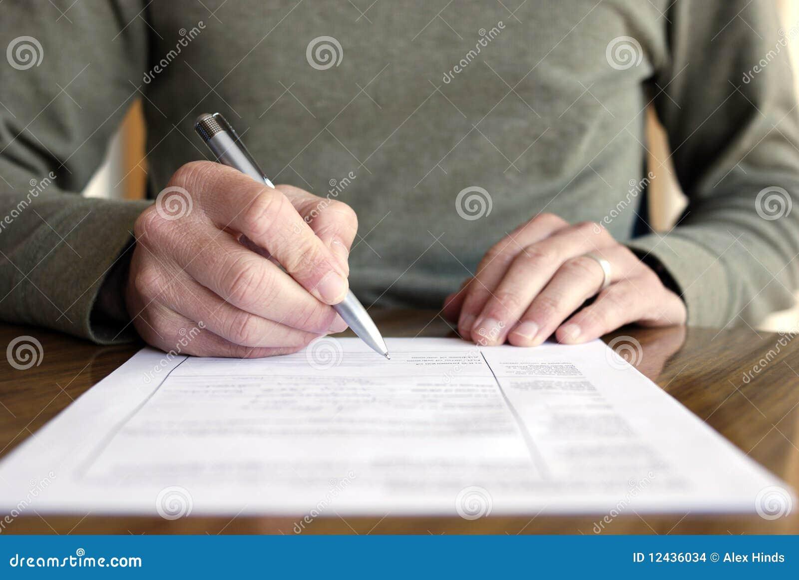 Écriture d homme sur le papier avec le crayon lecteur sur le Tableau