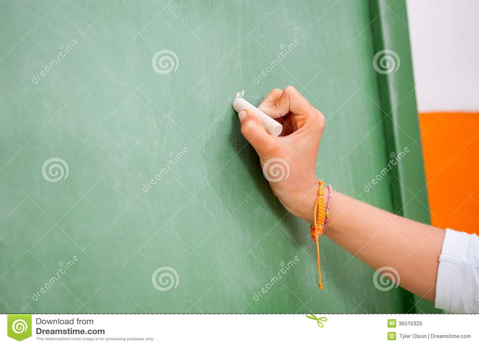 Écriture de la main de la fille sur le tableau vert dedans