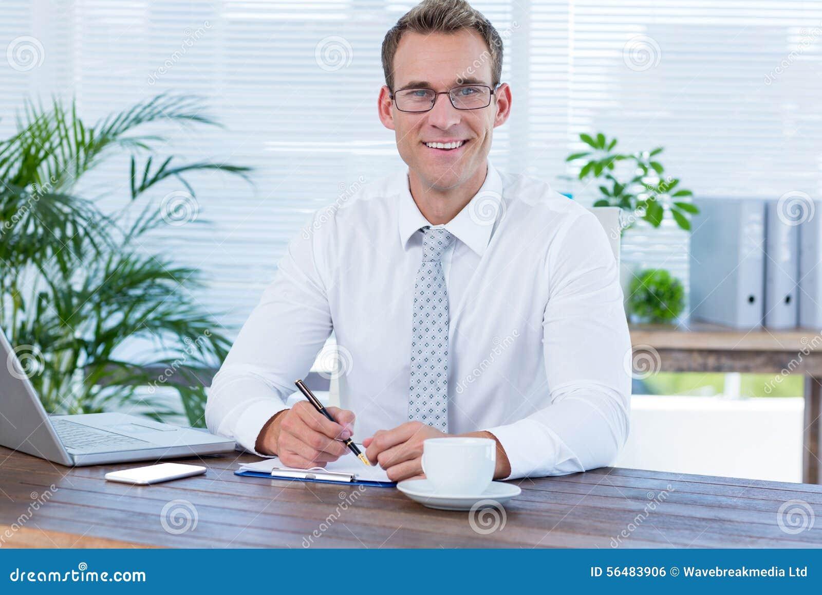 Écriture de sourire d homme d affaires sur le carnet