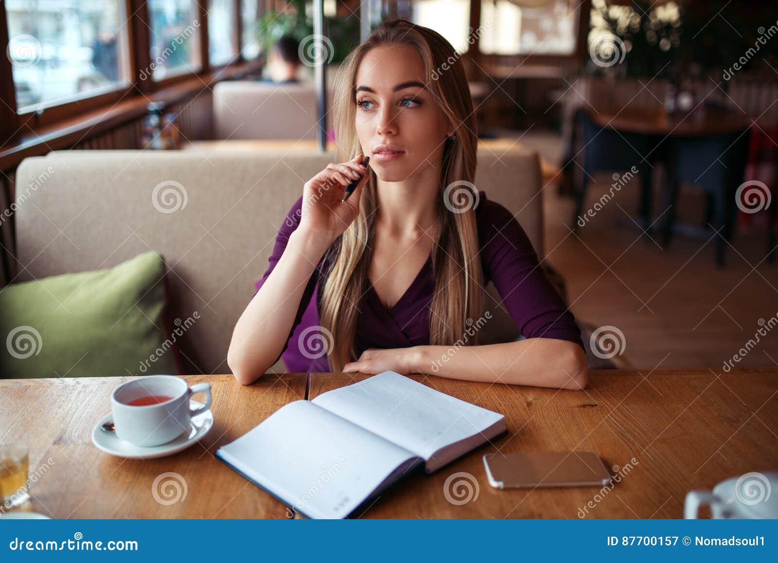 Écriture femelle dans le carnet dans le restaurant