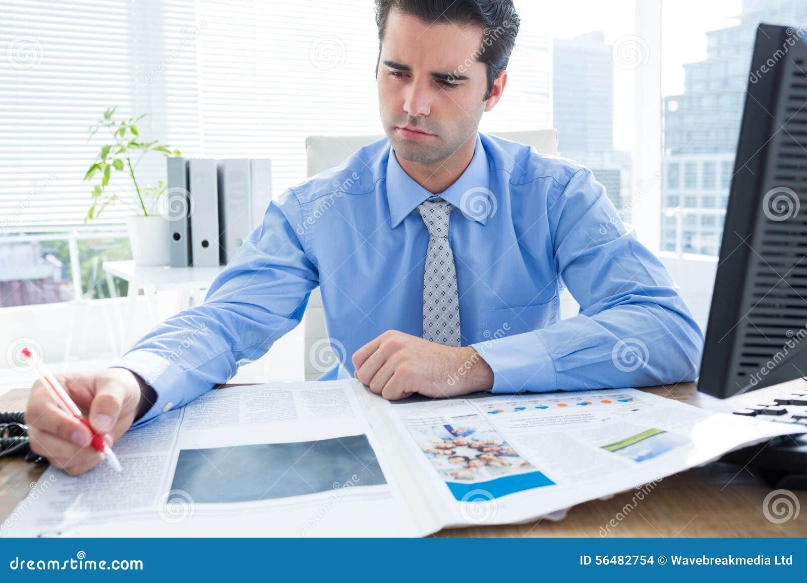 Écriture gaie d homme d affaires à son bureau