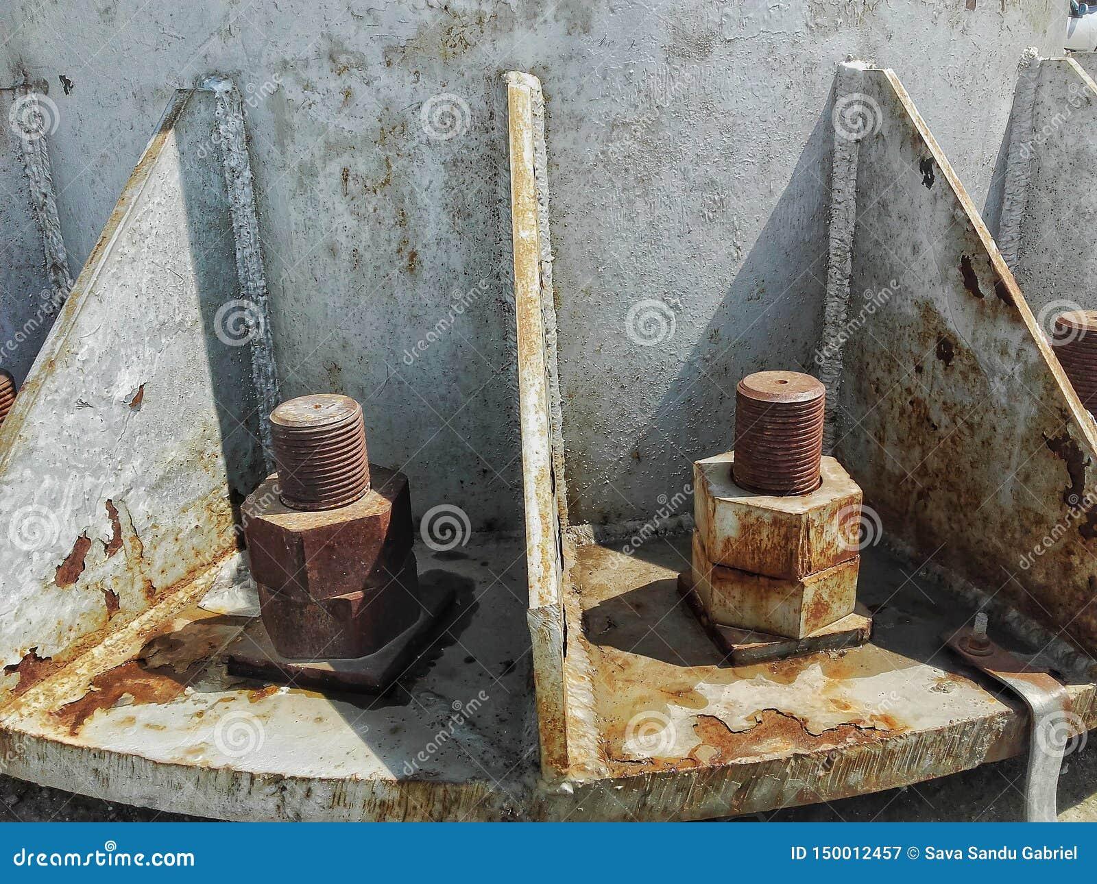 Écrous et caractères gras sur le pylône de fer