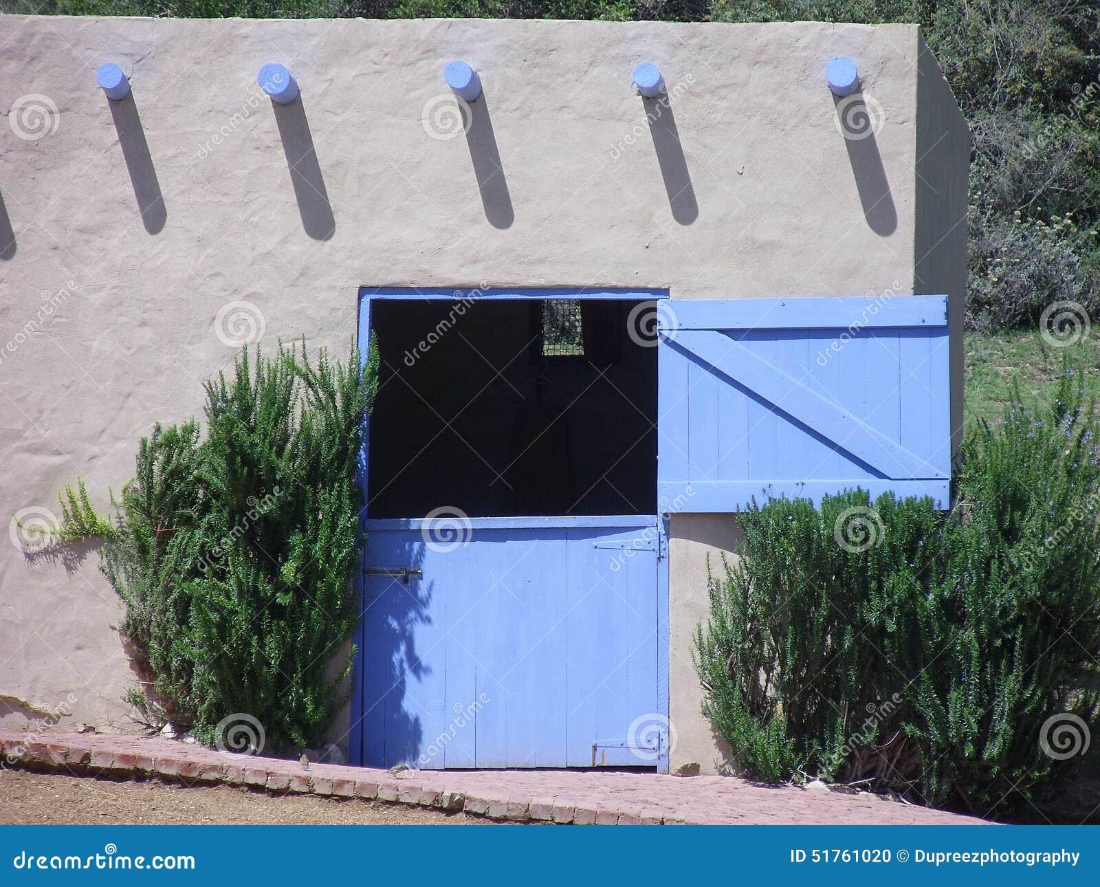 Écurie de cheval avec la porte bleue