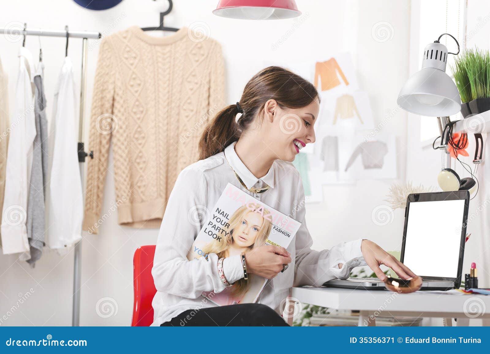 Éditeur de magazine de mode dans son bureau.