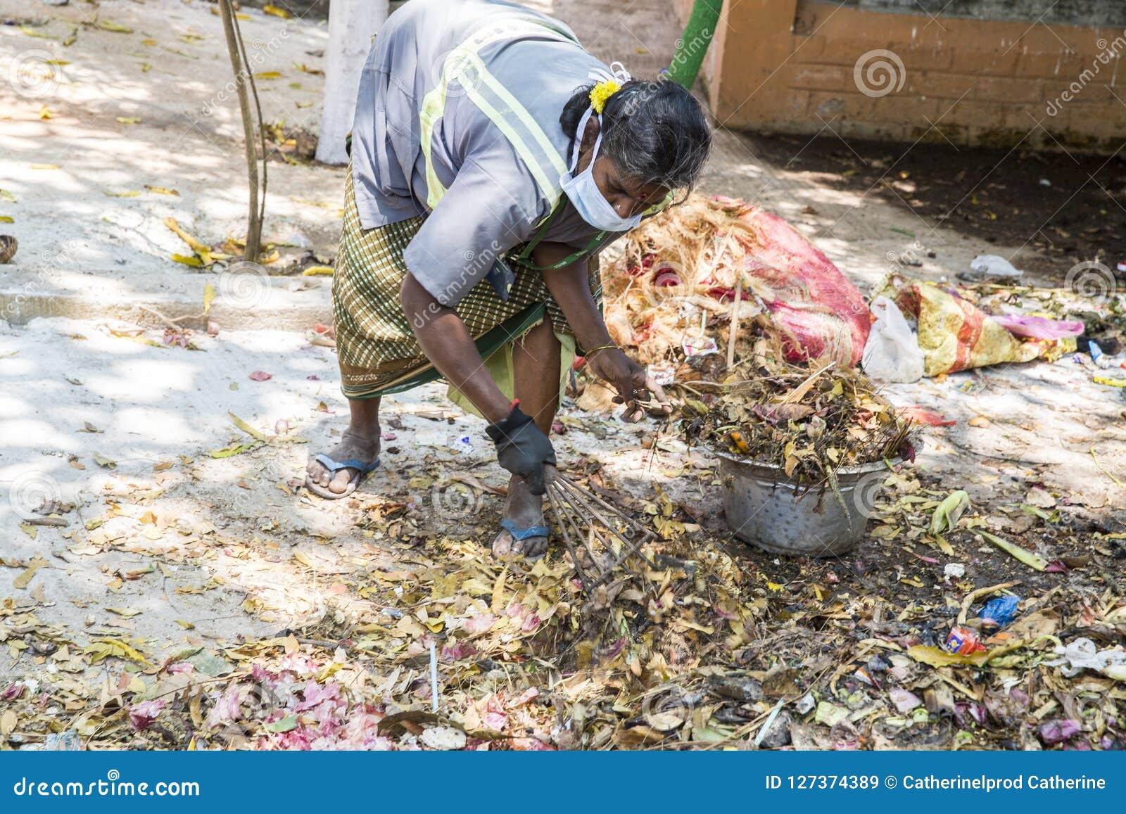 Éditorial documentaire PUDUCHERY, PONDICHERY, TAMIL NADU, INDE - mars vers, 2018 Les femmes indiennes assortissent des déchets da