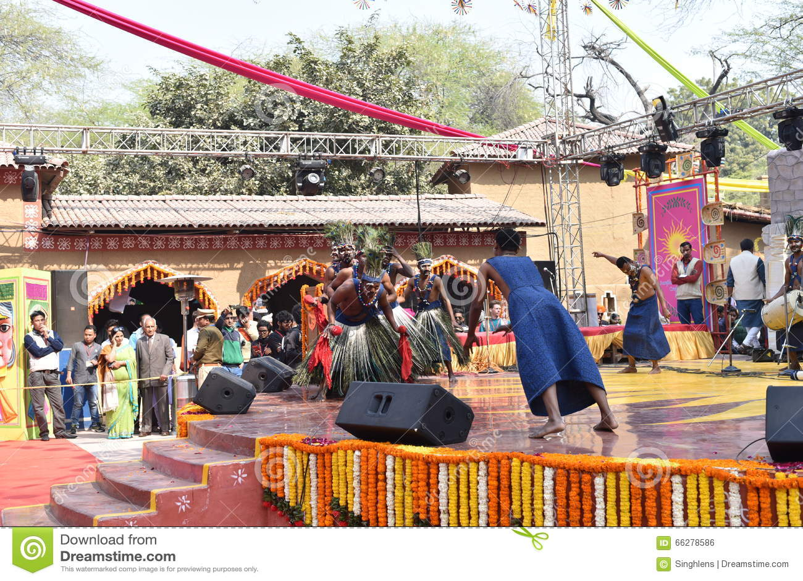 Éditorial : Surajkund, Haryana, Inde : Le 6 février 2016 : Artistes locaux de communauté africaine de gujrat exécutant des arts d