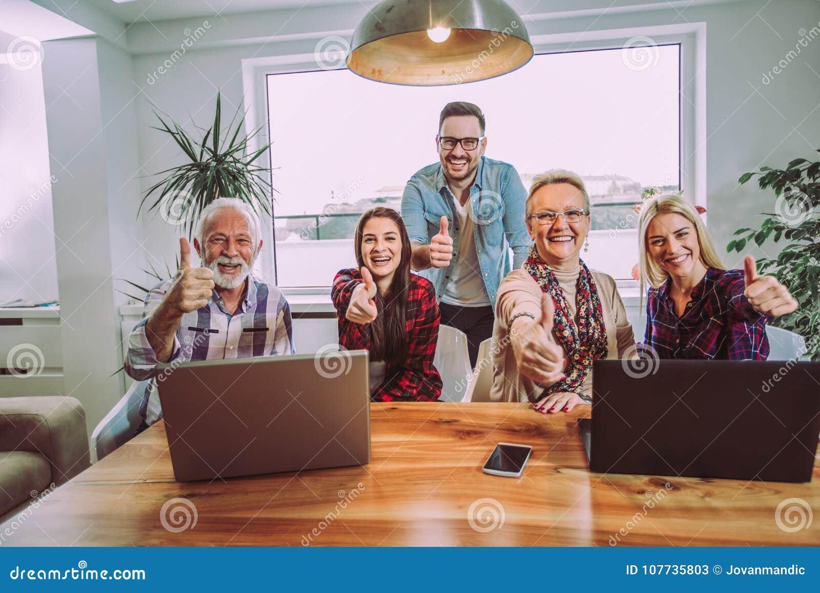 Éducateurs de volontaires et personnes plus âgées heureux après la formation