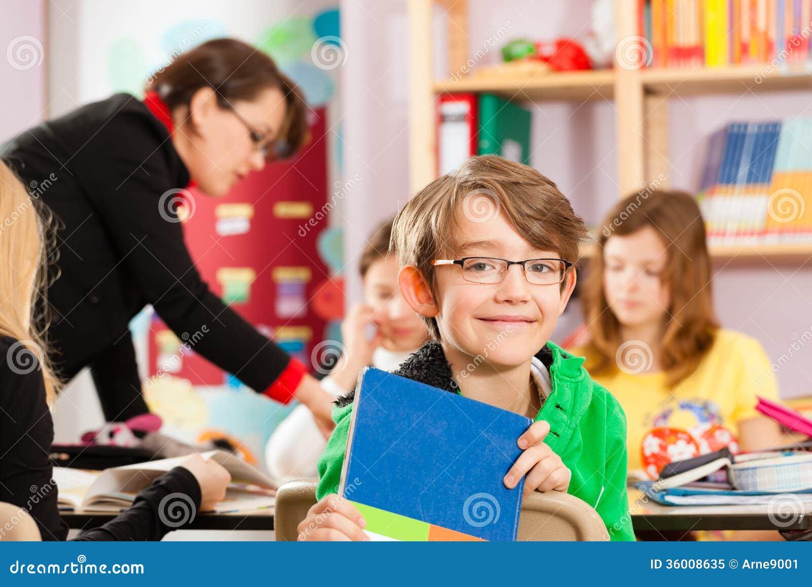 Éducation - élèves et professeur apprenant à l école