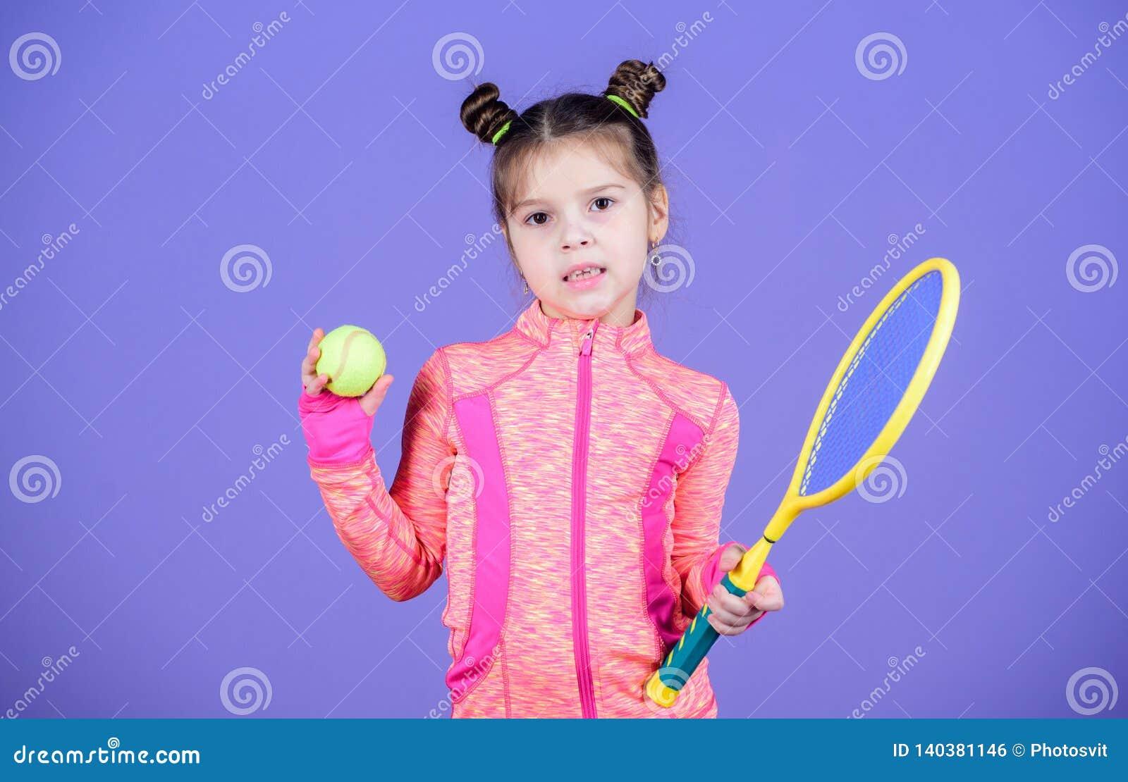 Éducation de sport Le petit cutie aime le tennis Peu jeu sportif de tennis de jeu de costume de bébé Enseignez-moi comment jouer