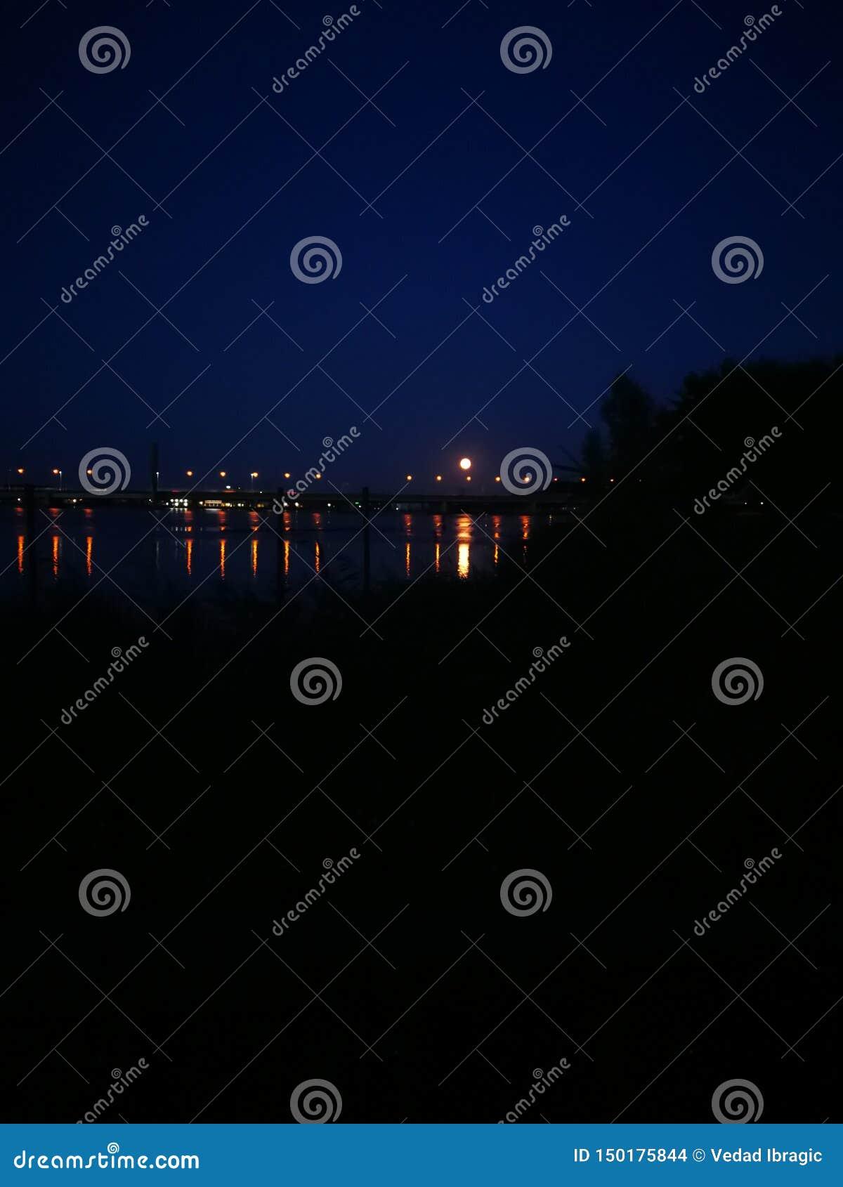 égaliser des lumières de mer d Amsterdam reflétant l été de pont