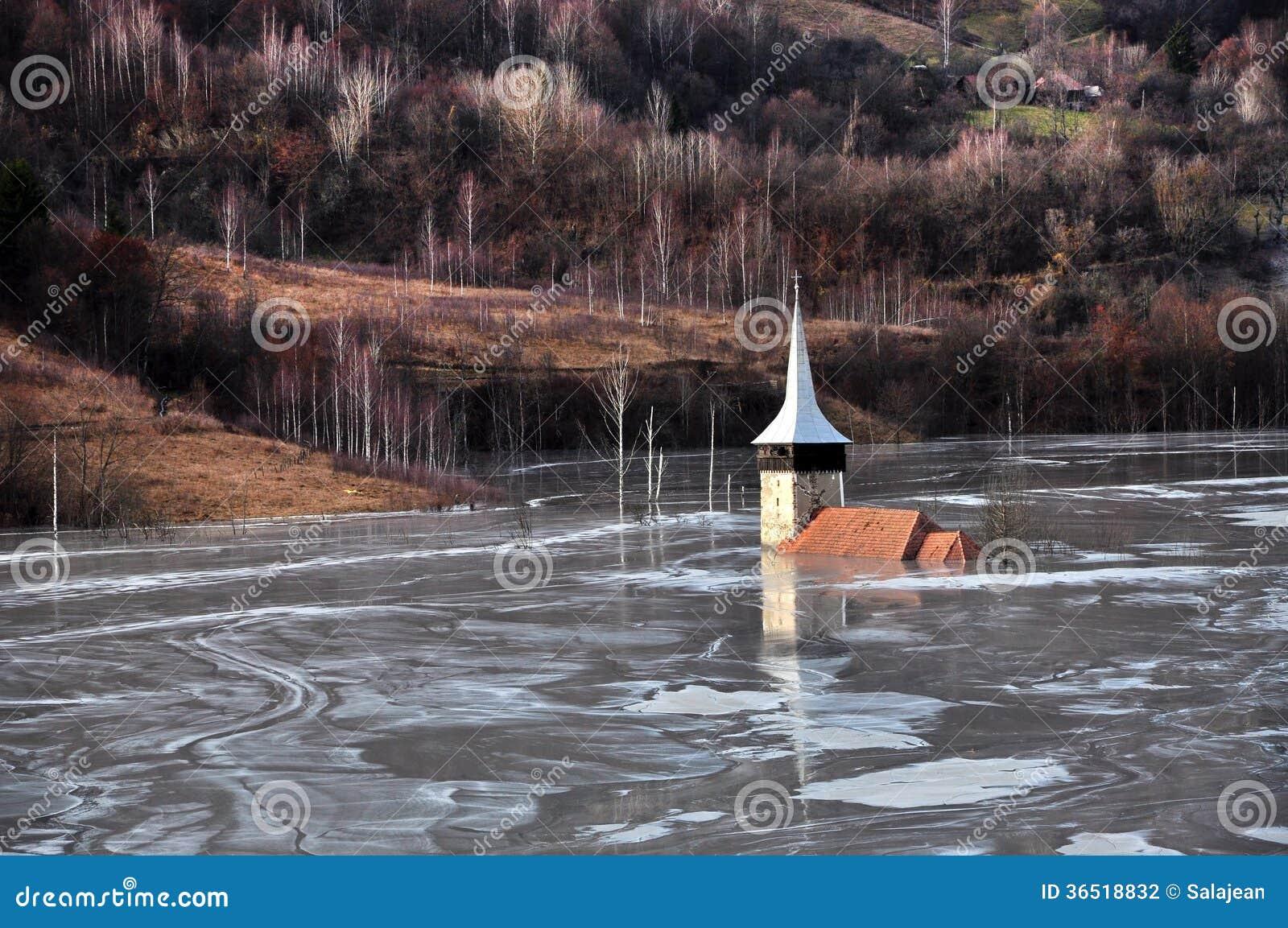 Église abandonnée dans un lac de boue. Catastrophe naturelle d exploitation avec le wat