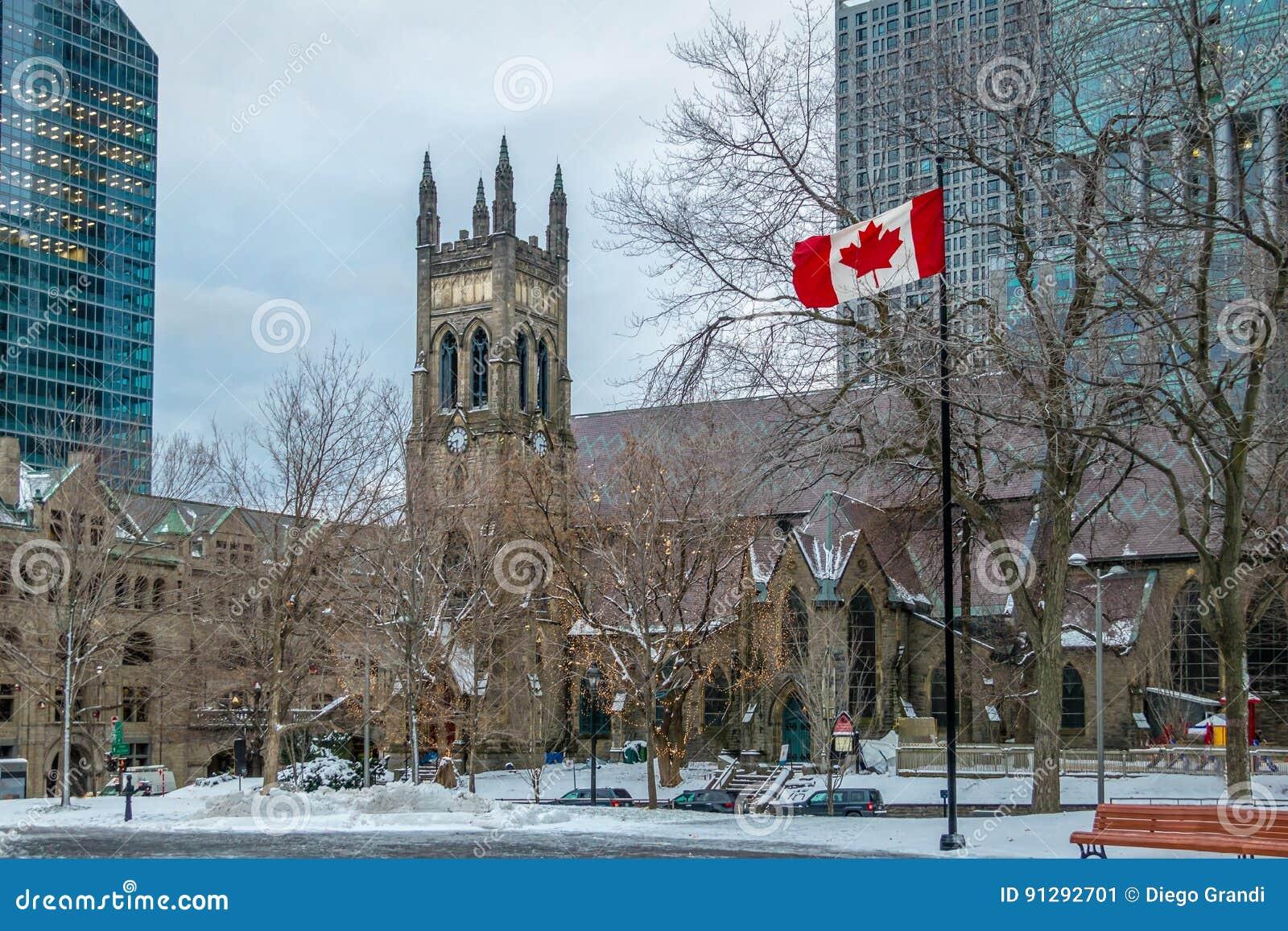 Église Anglicane du ` s de St George à la place de Canada avec le drapeau - Montréal, Québec, Canada