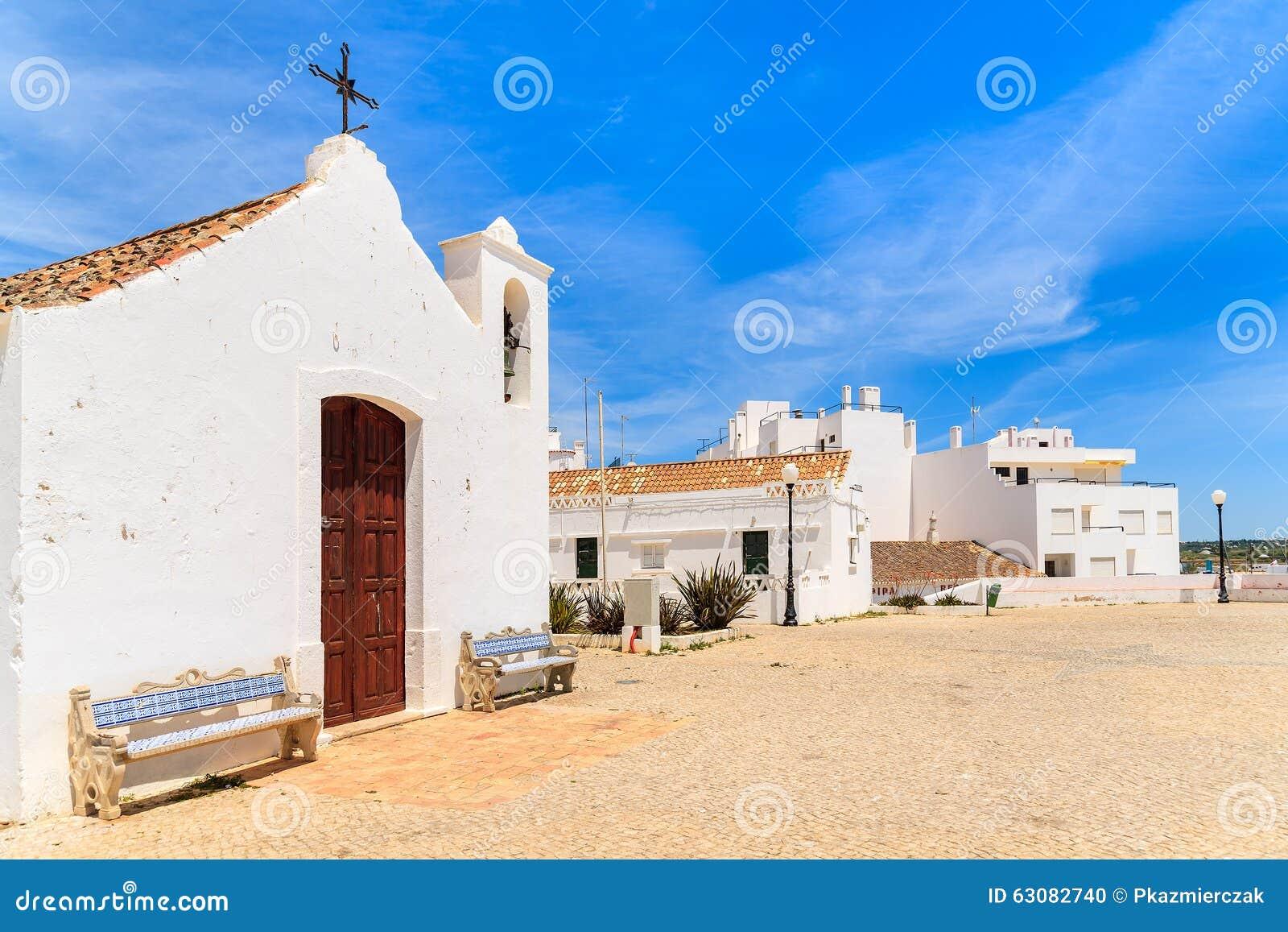Download Église Blanche Sur La Promenade Côtière Photo stock - Image du nuage, église: 63082740