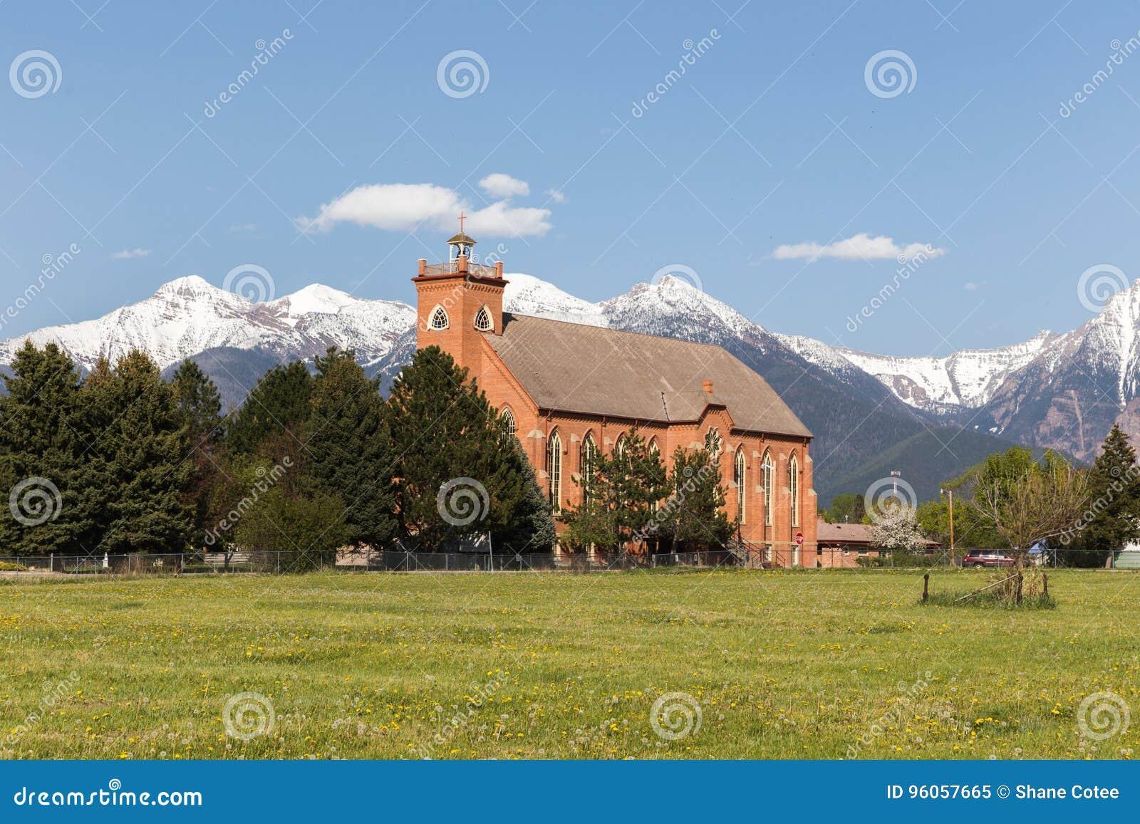Église dans la ville de montagne