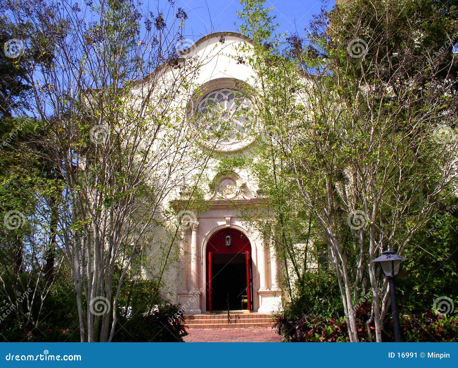 Église dans le printemps