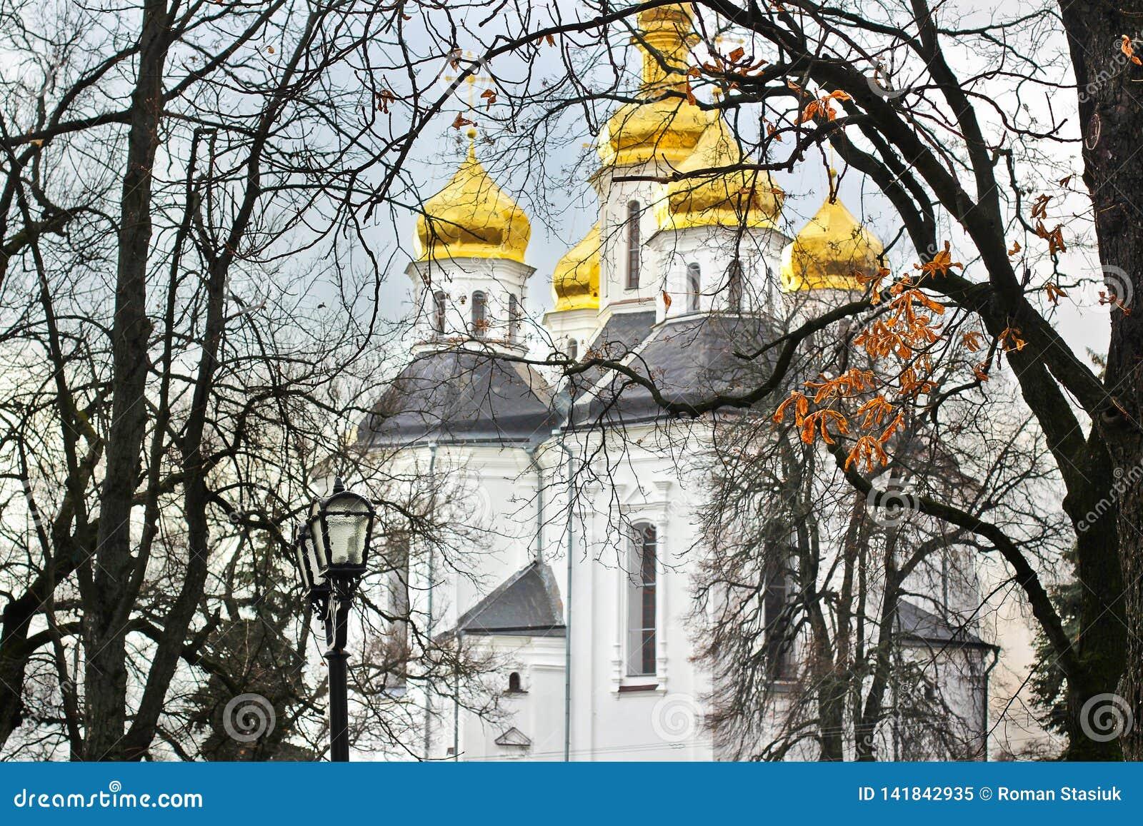 Église dans les arbres Église Vieille église dans Tchernigov Dômes d or histoire Automne L hiver Ressort