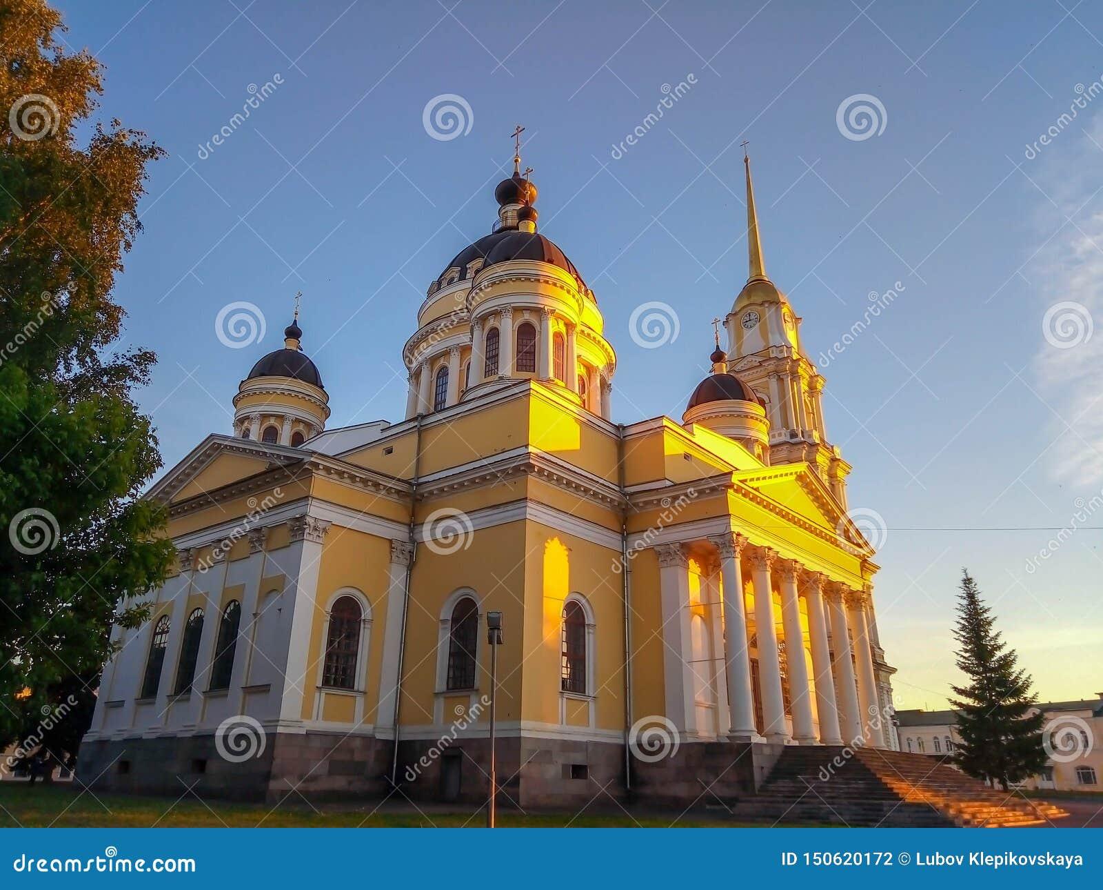 Église dans les rayons du coucher du soleil d été
