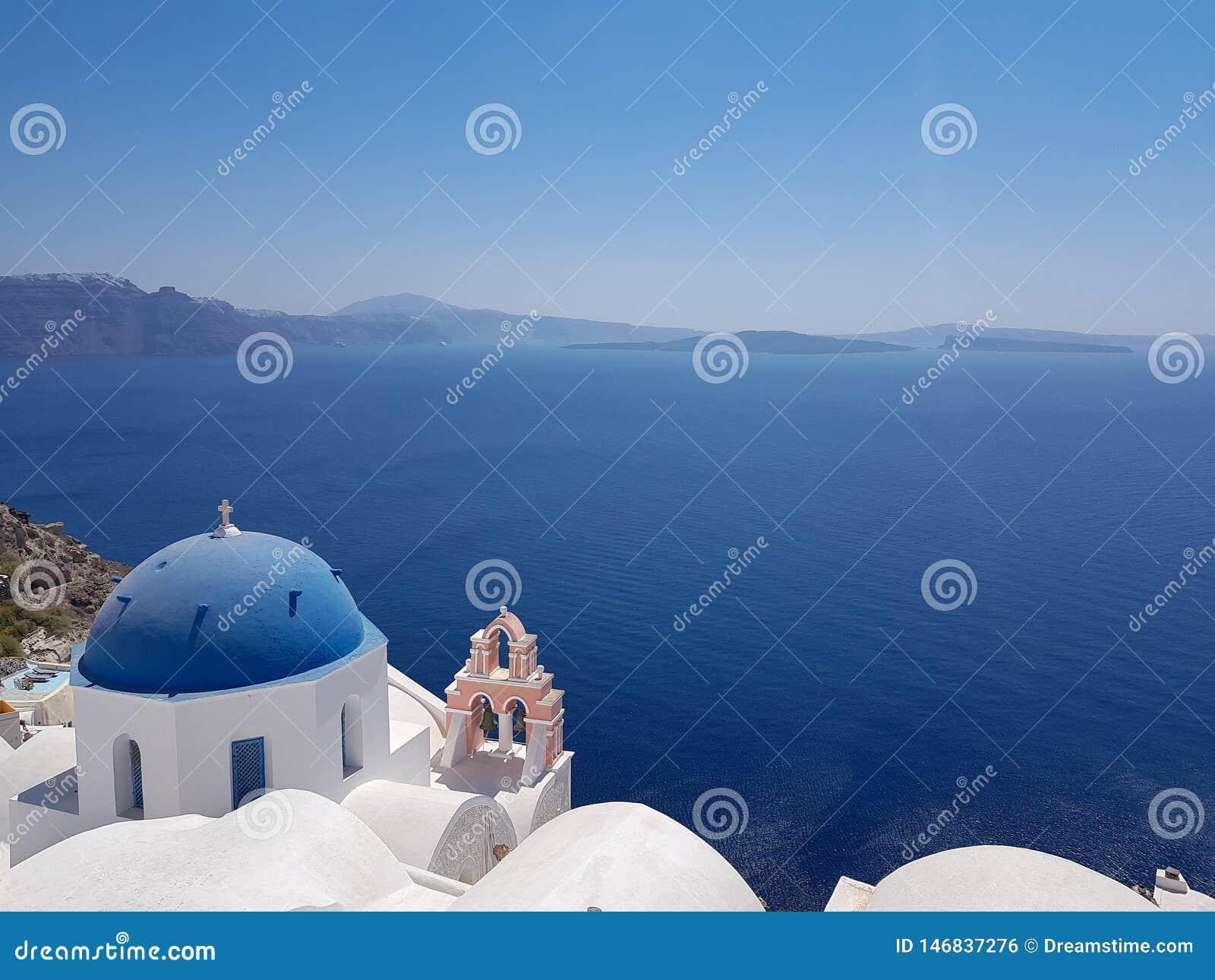 Église en Santorini et mer ouverte