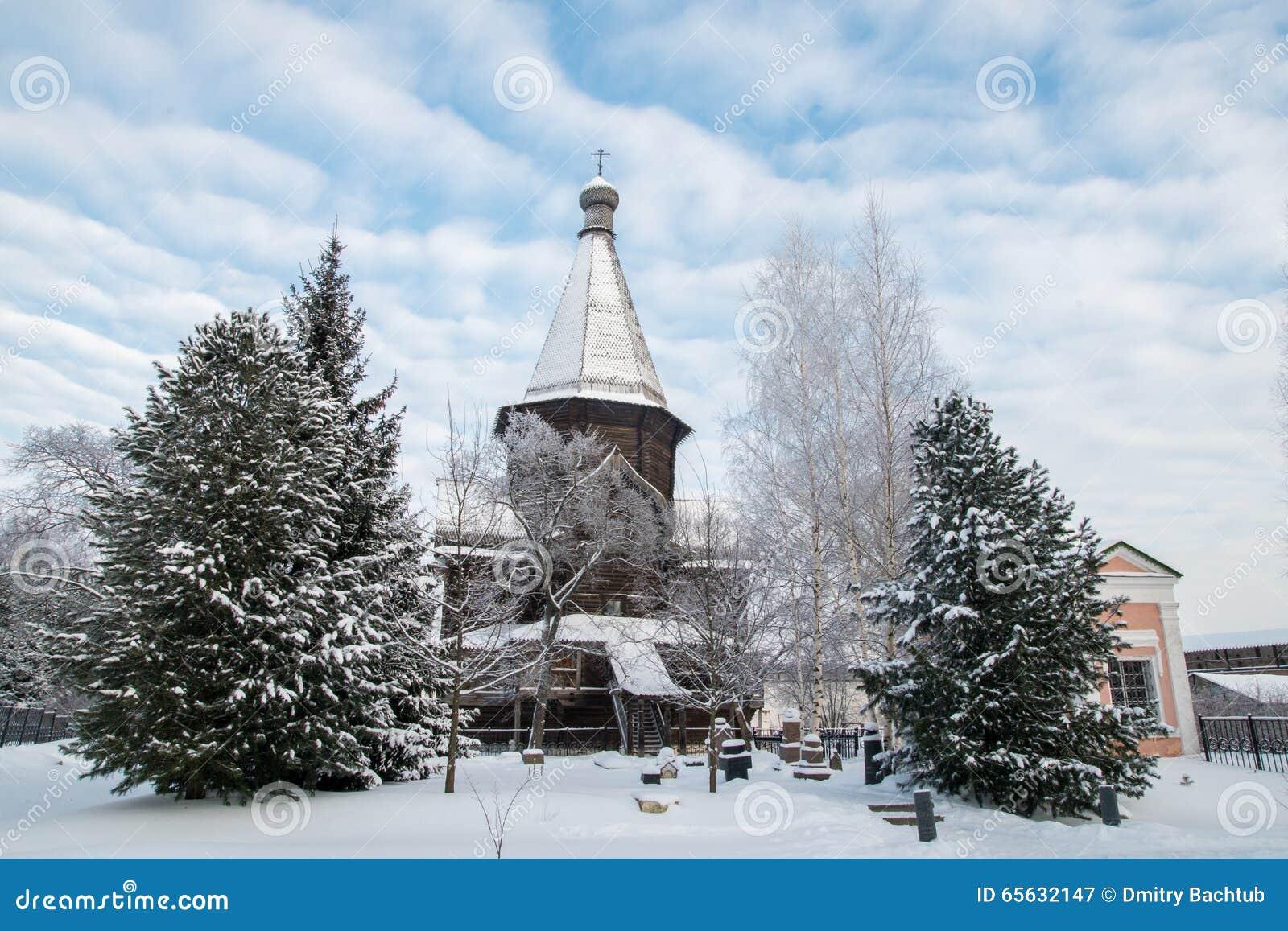 Église et arbre en bois