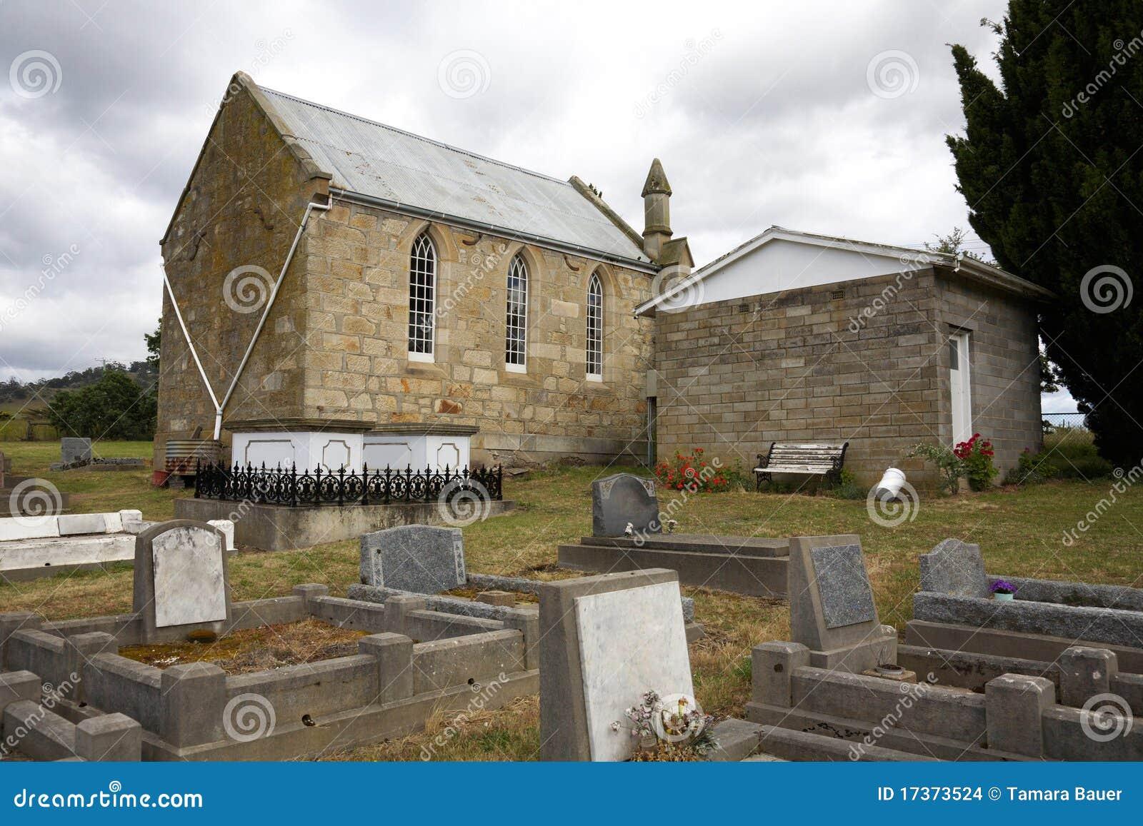 Église et cimetière le jour sombre