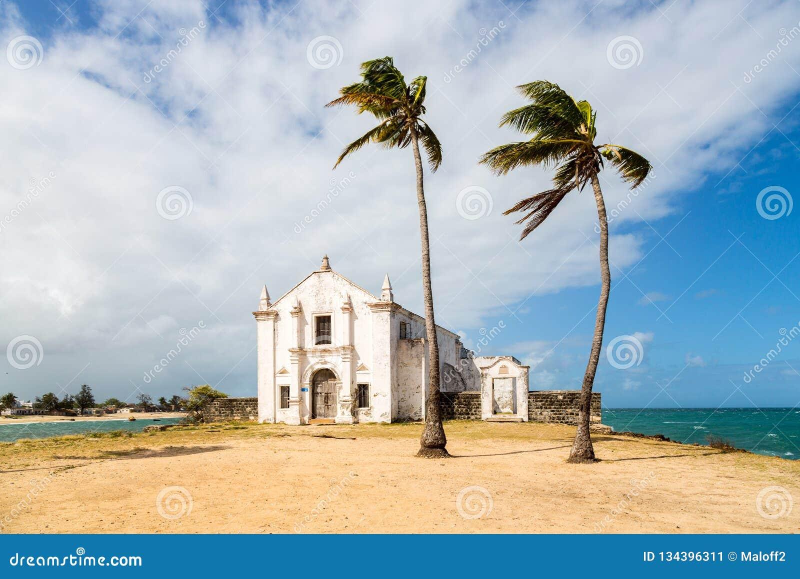 Église et forteresse de San Antonio sur l île de la Mozambique, avec deux palmiers sur le sable Côte de l Océan Indien, province