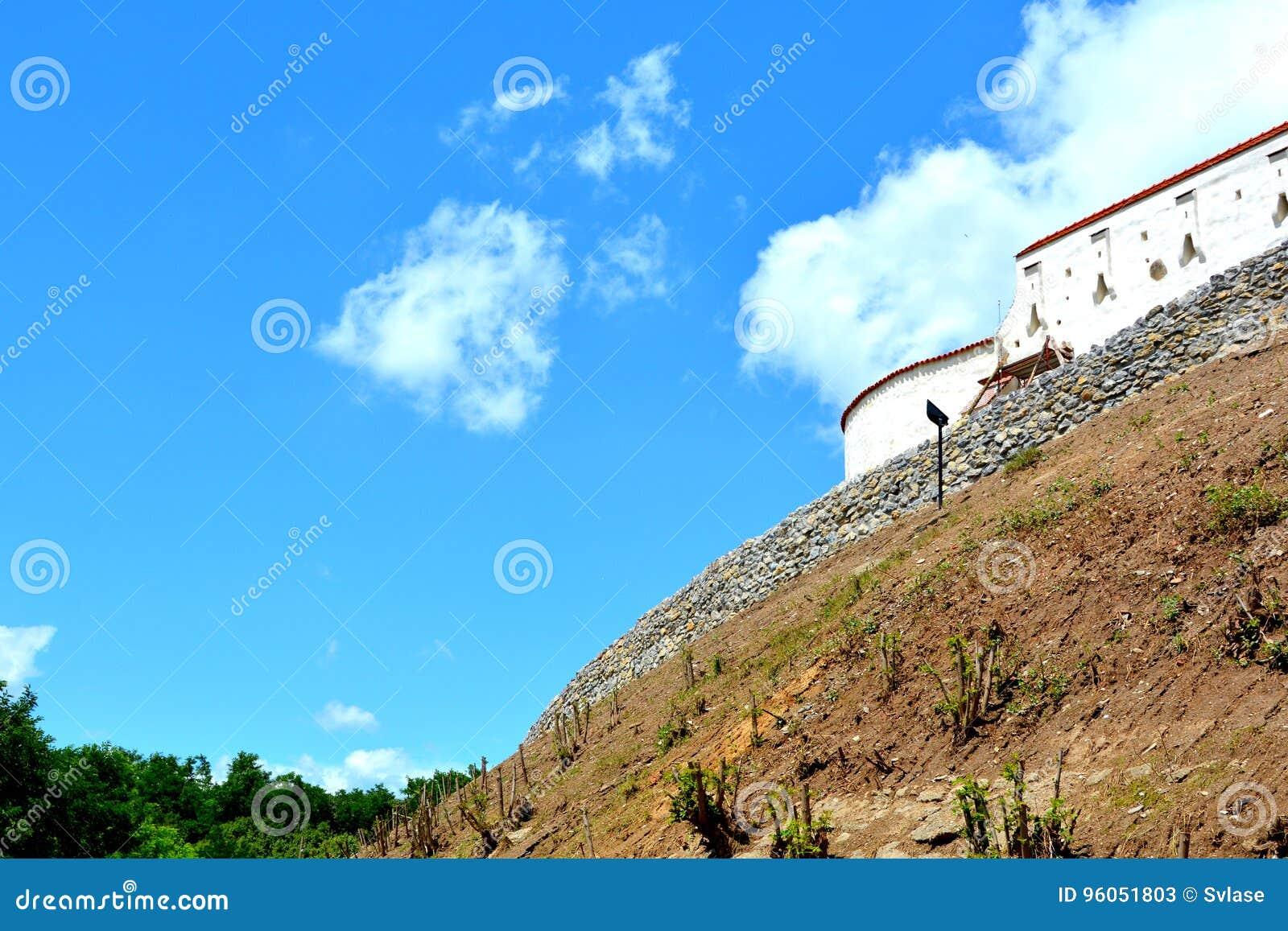 Église médiévale saxonne enrichie dans le village Feldioara, la Transylvanie