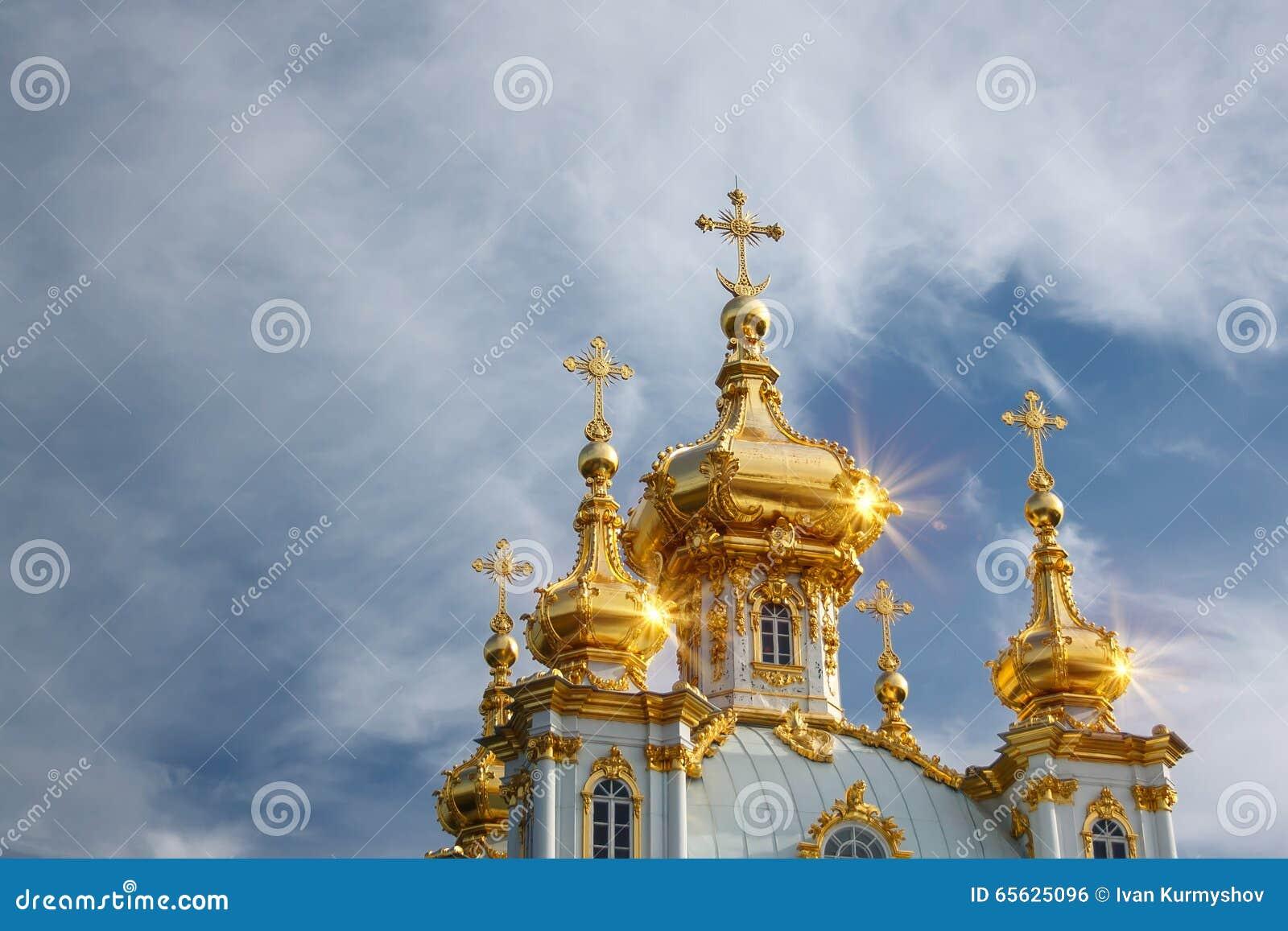 Église orthodoxe avec le dôme d or sur le ciel nuageux bleu