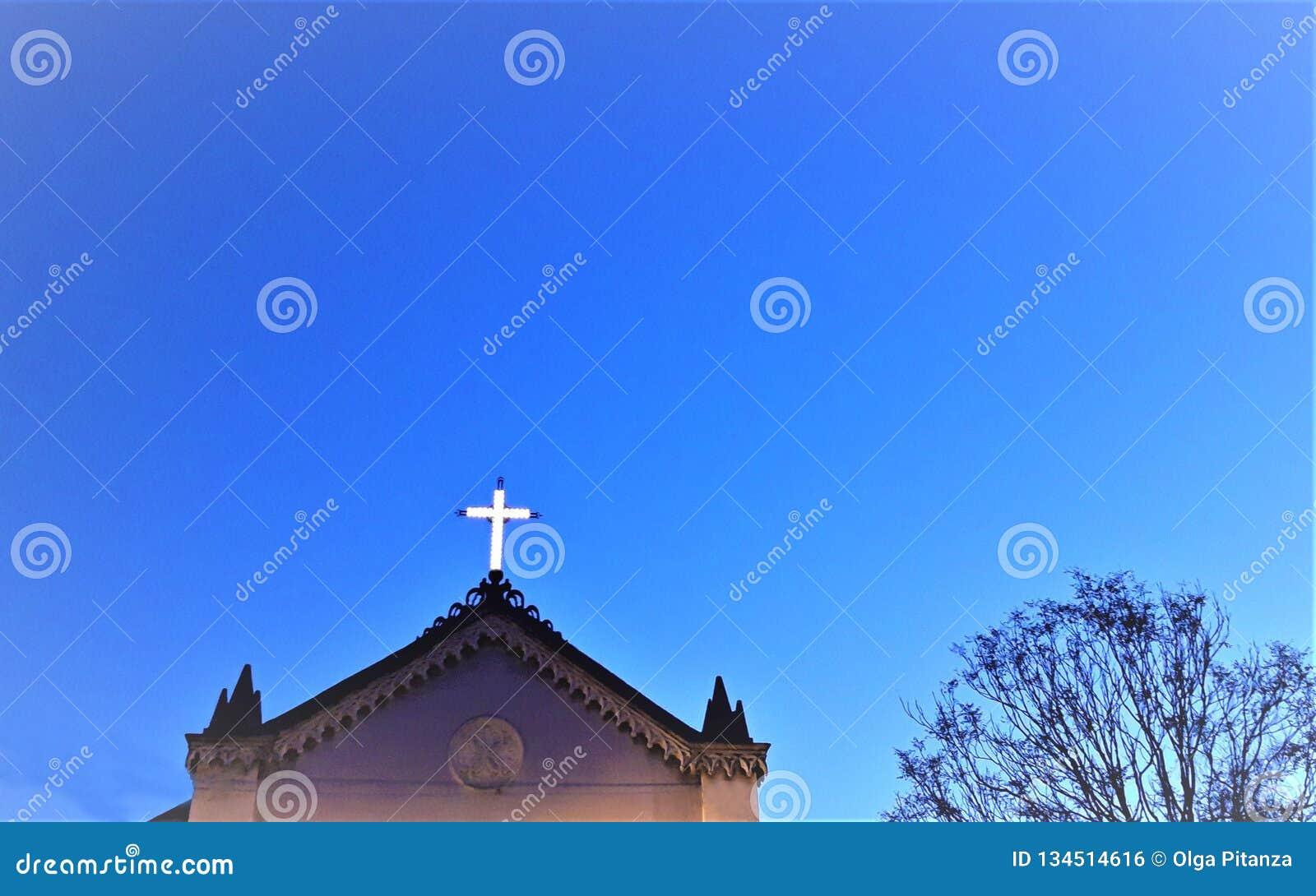 Église rougeoyant croisée