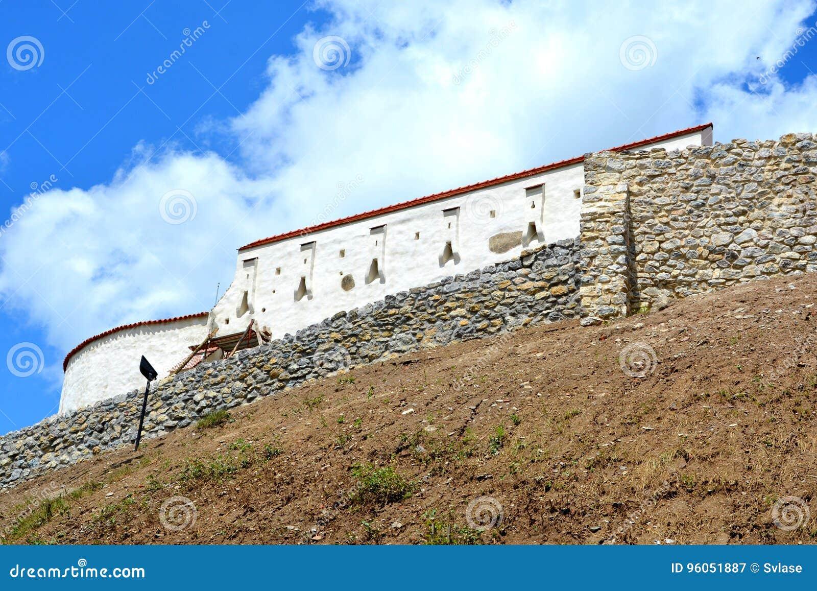 Église saxonne enrichie médiévale dans le village Feldioara, la Transylvanie