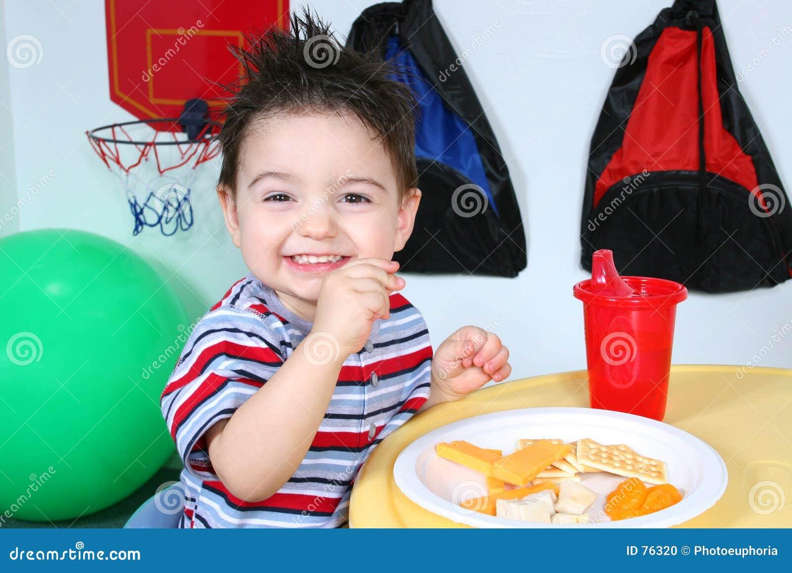 Élève du cours préparatoire adorable mangeant des casse-croûte