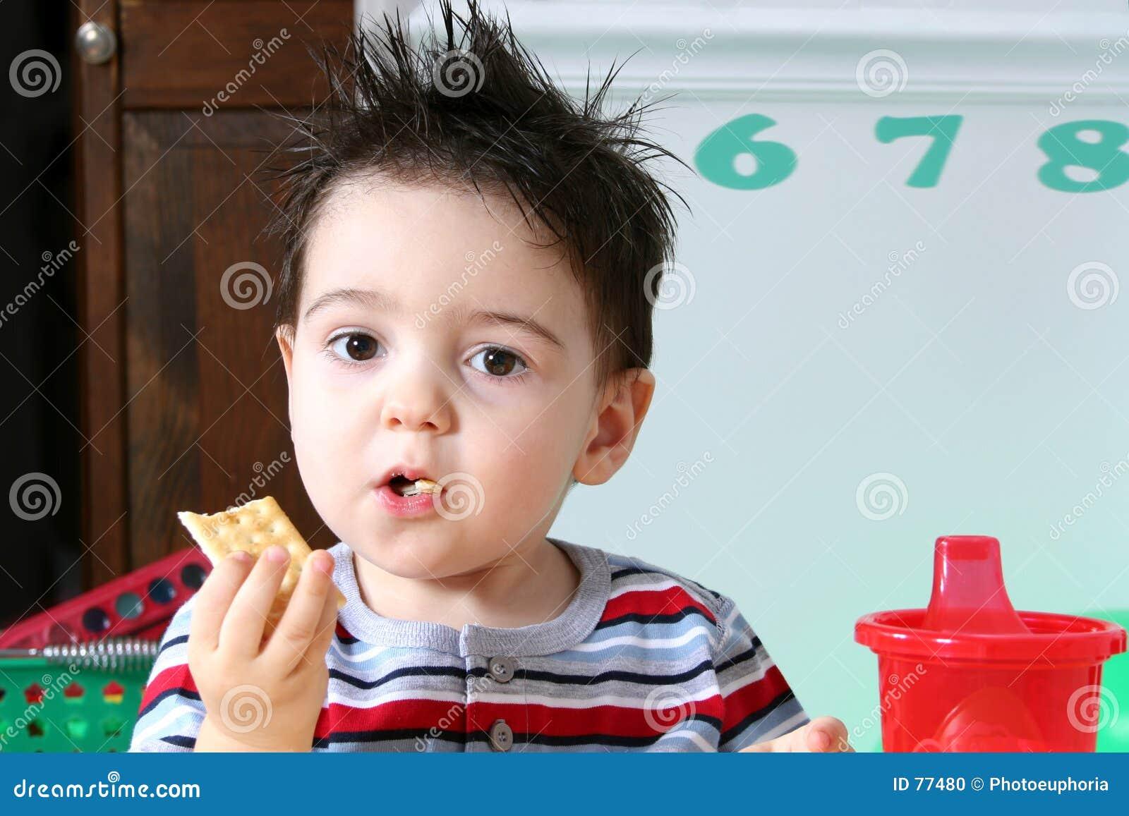 Élève du cours préparatoire adorable mangeant des casseurs
