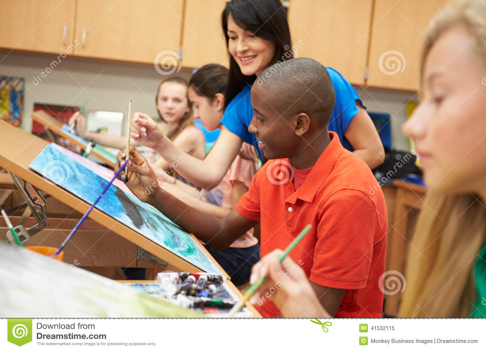 Élève masculin dans le lycée Art Class With Teacher