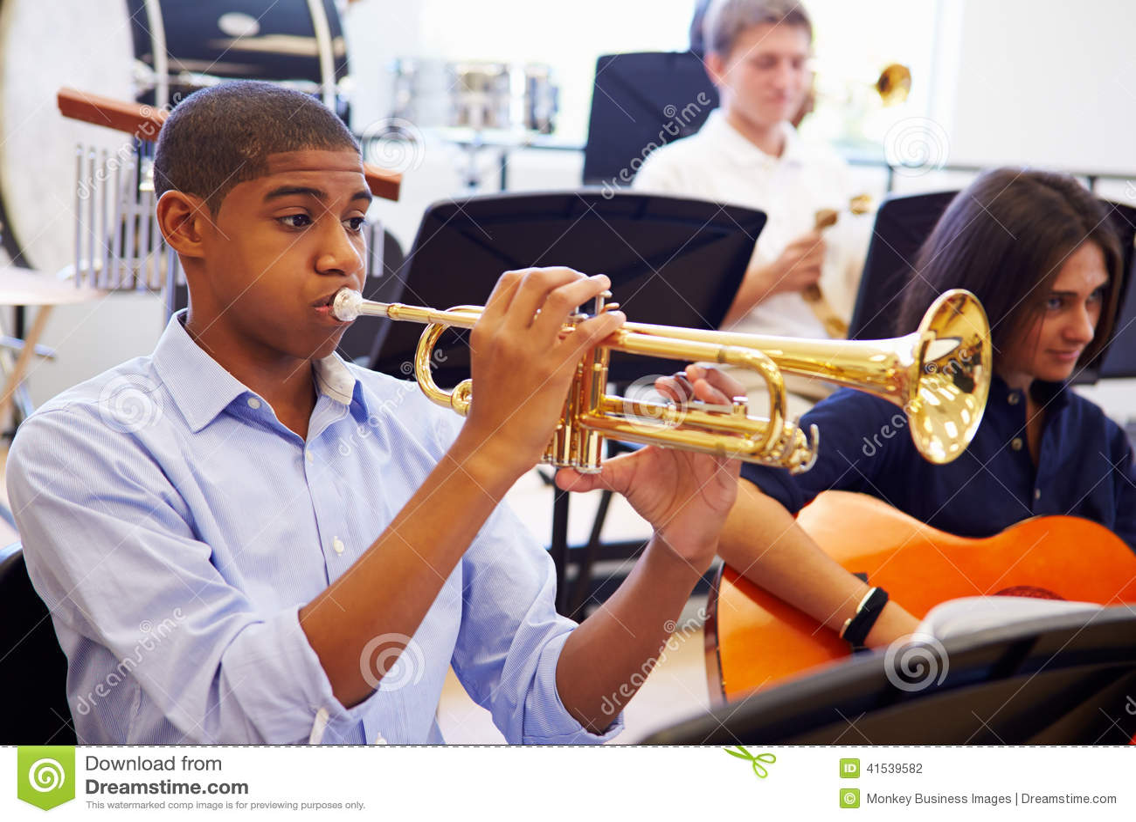 Élève masculin jouant la trompette dans l orchestre de lycée