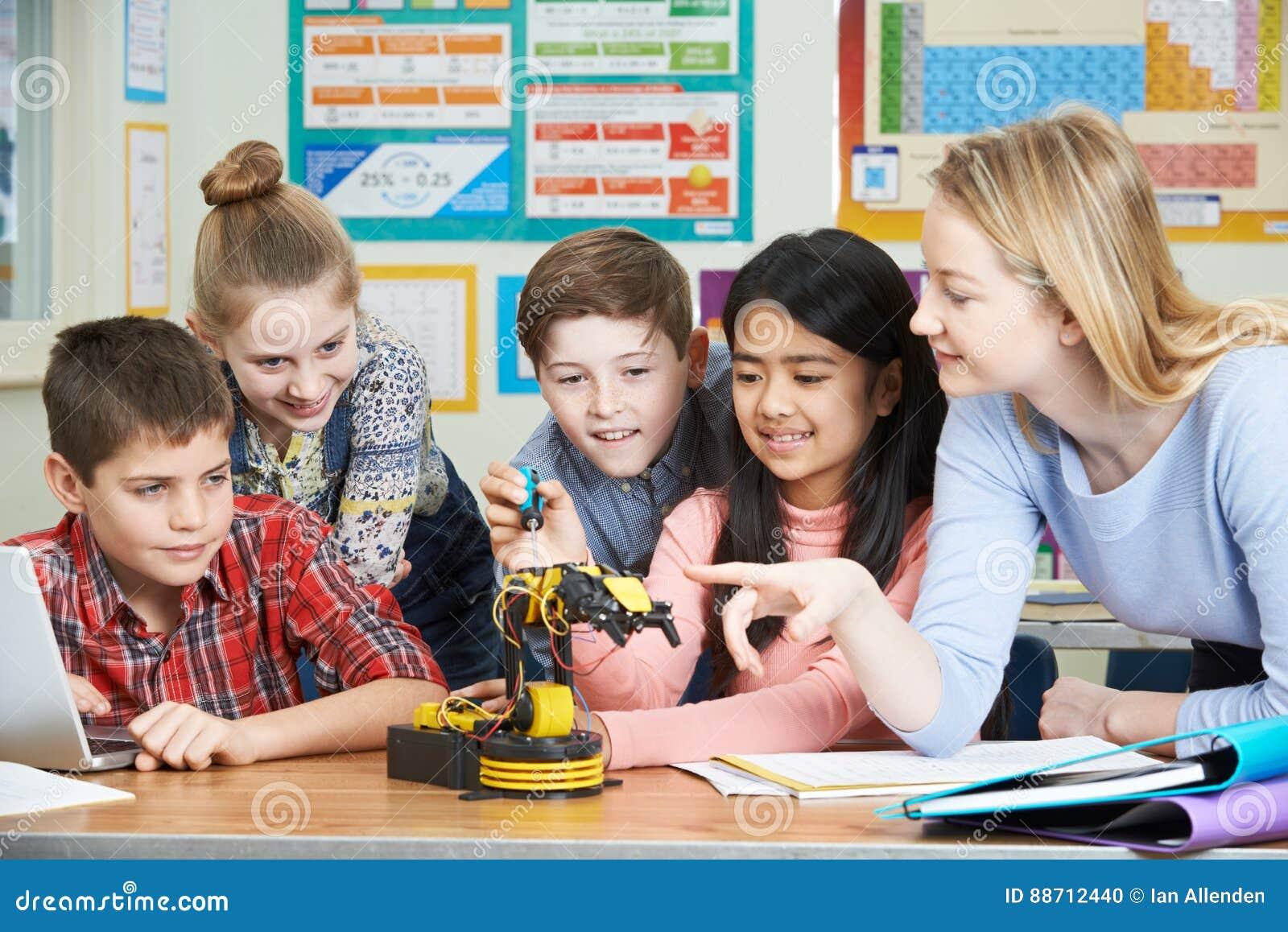 Élèves et professeur In Science Lesson étudiant la robotique