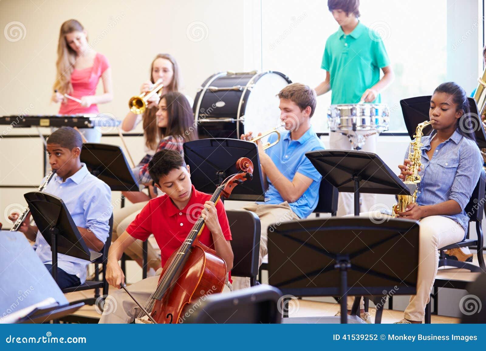 Élèves jouant des instruments de musique dans l orchestre d école