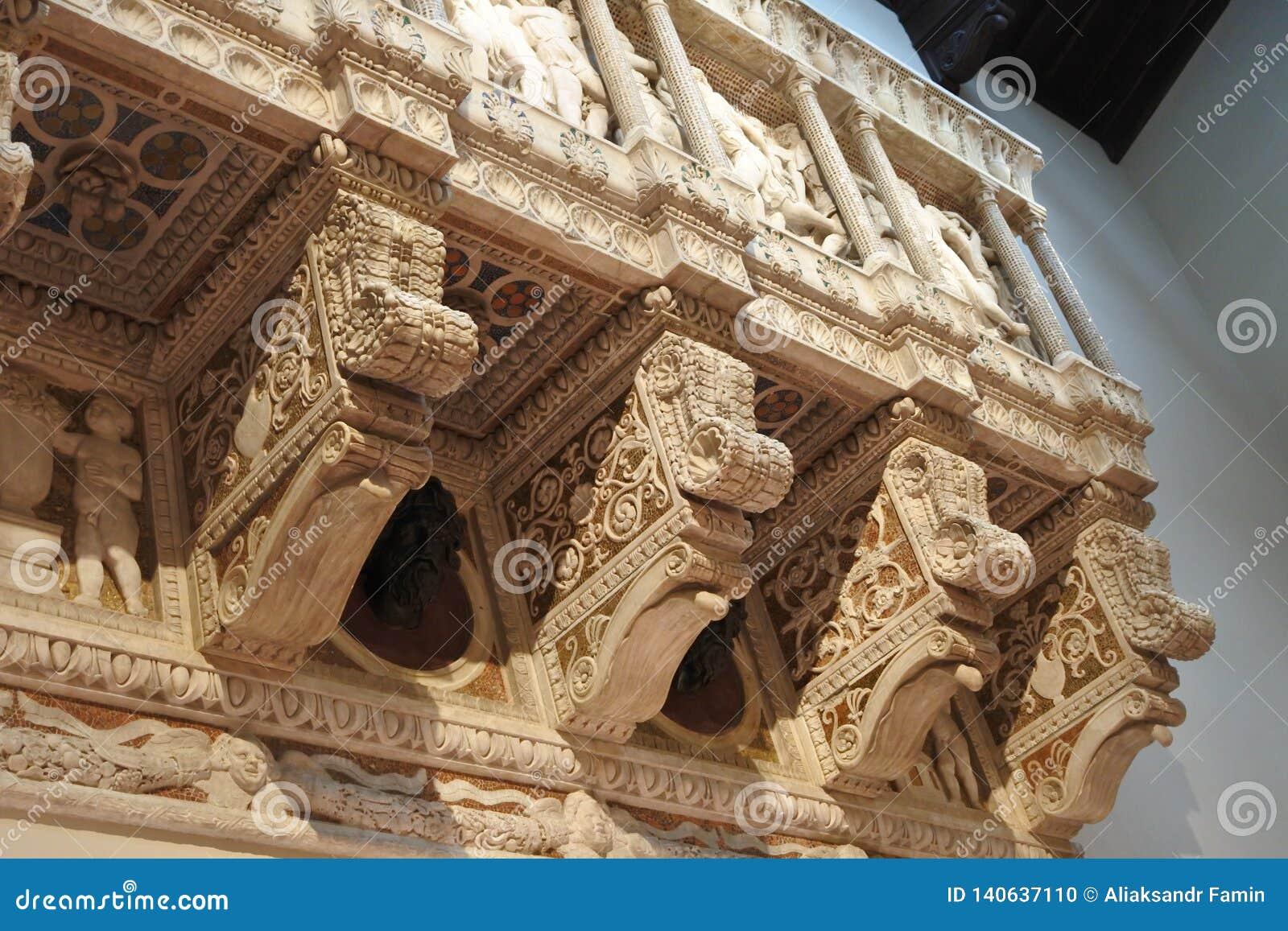 Élément architectural avec le soulagement en pierre