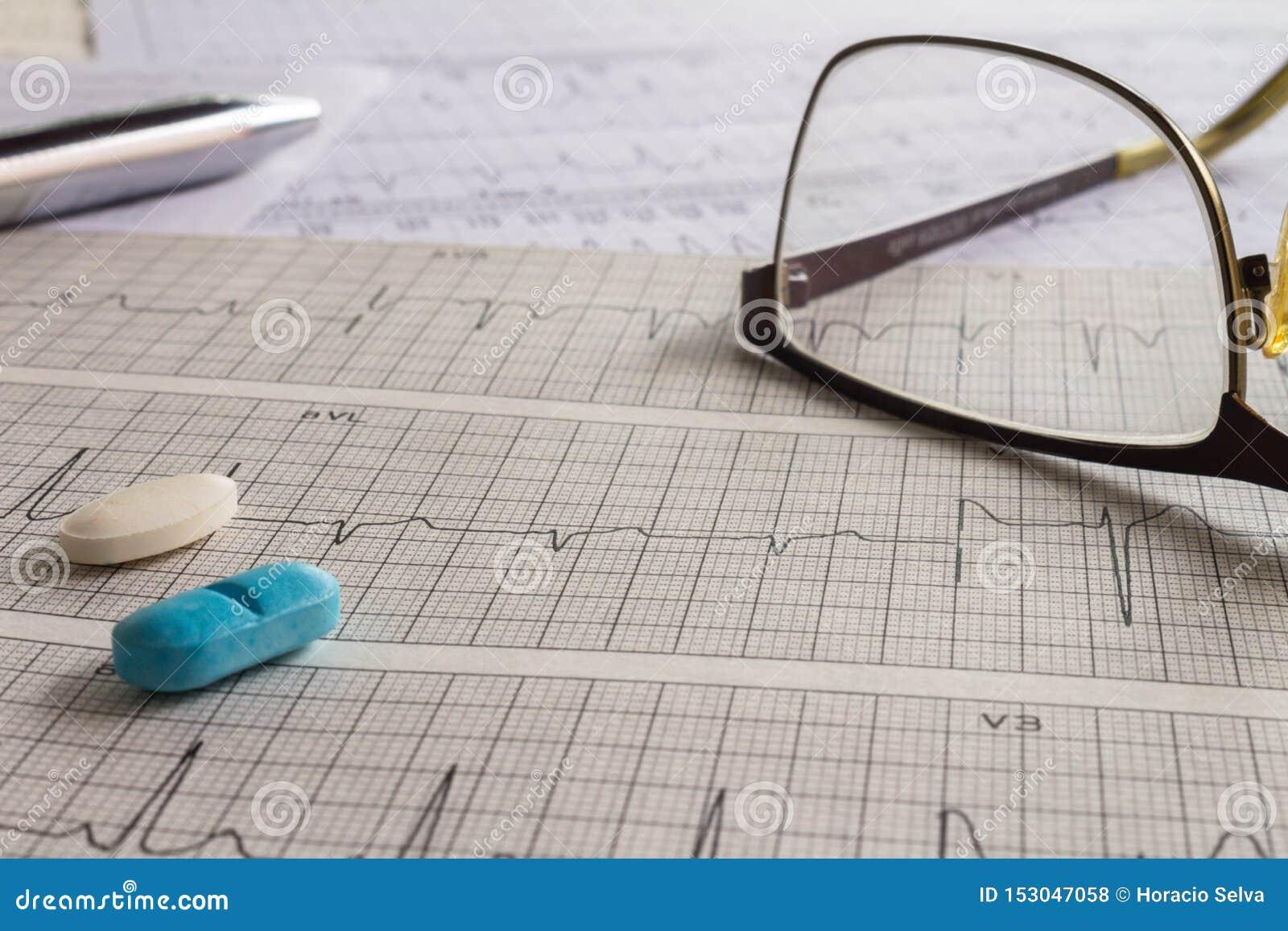 Éléments médicaux sur des bandes d électrocardiogramme avec le battement de coeur Bureau médical montrant le concept de santé