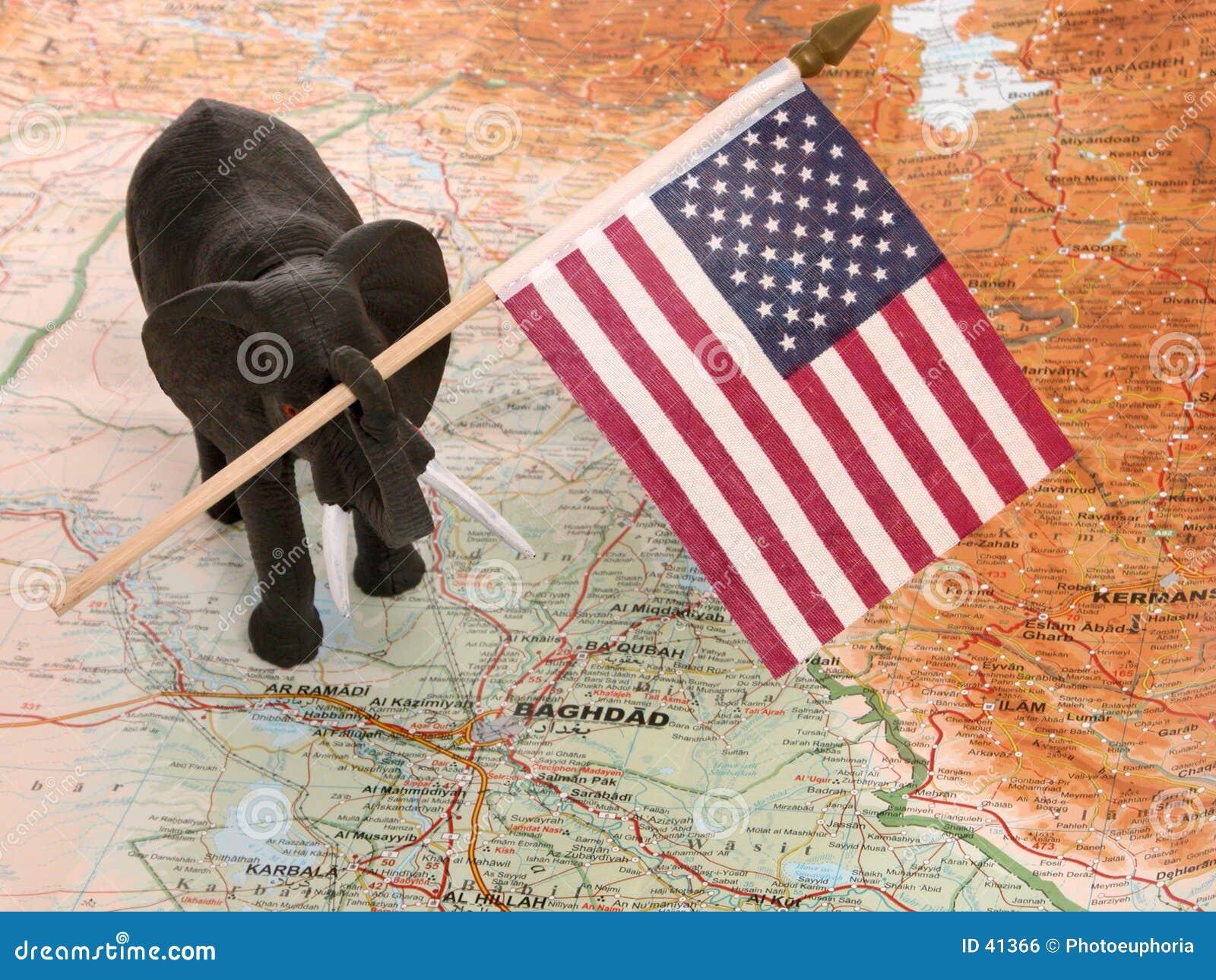 Éléphant de jouet avec l indicateur des USA en Irak