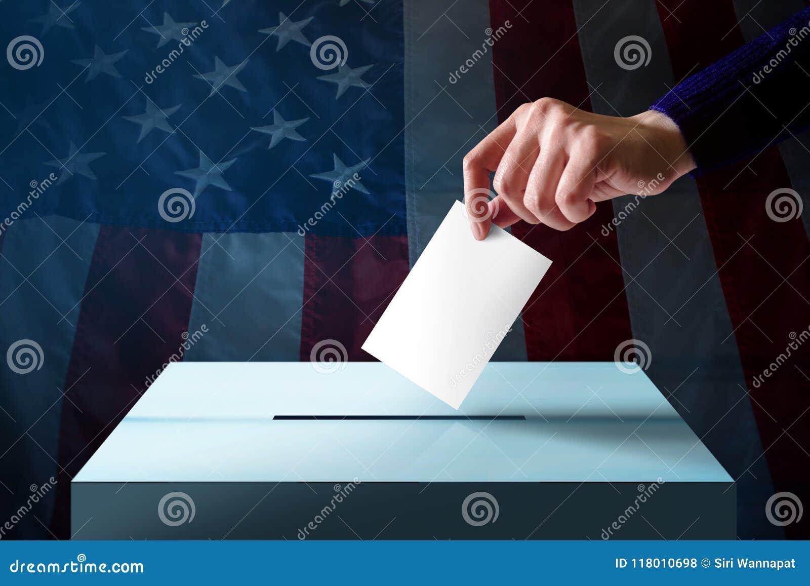 Élection dans le concept de l Amérique Remettez laisser tomber une carte de vote dans le Th