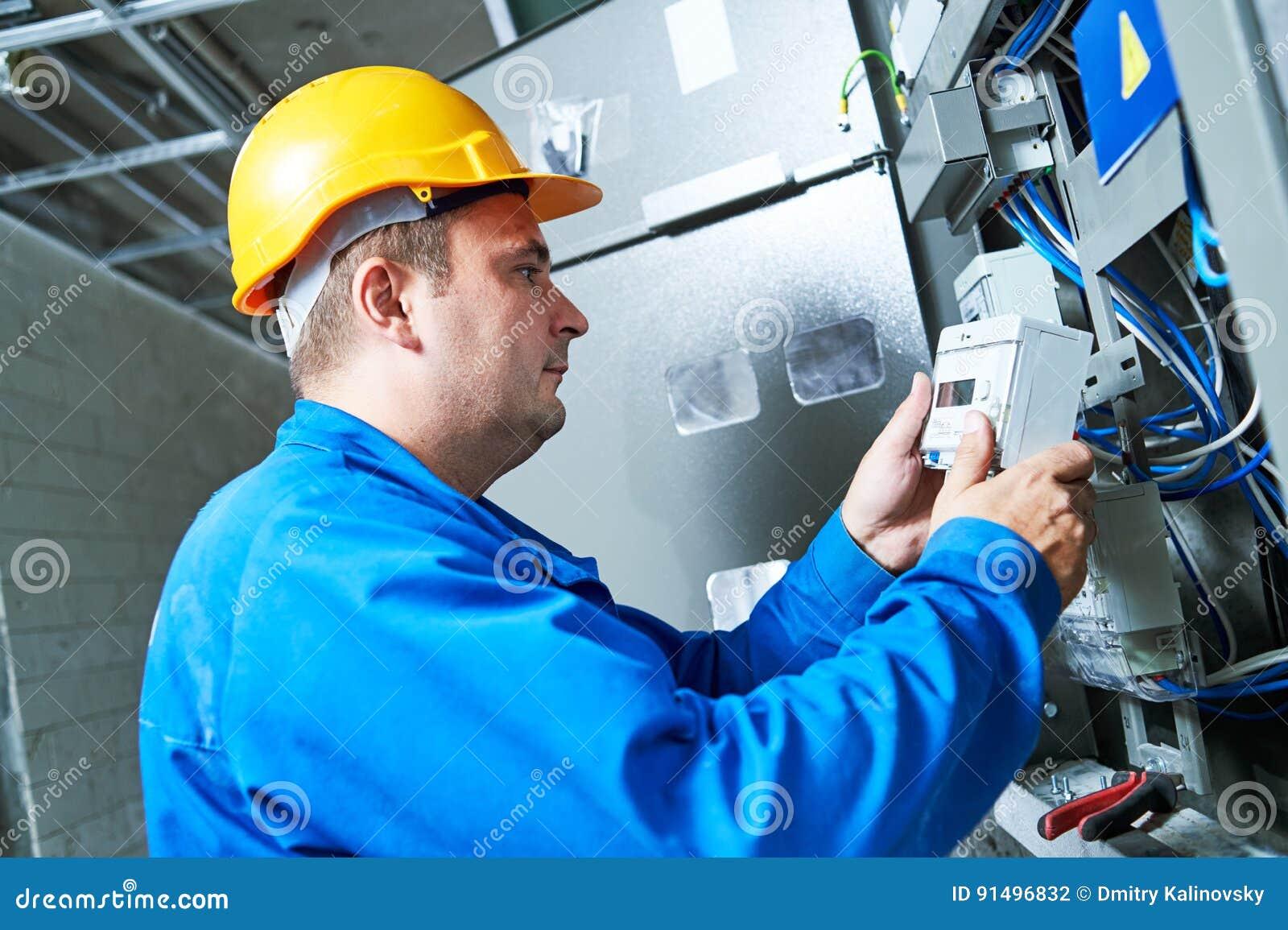 Électricien installant le mètre économiseur d énergie