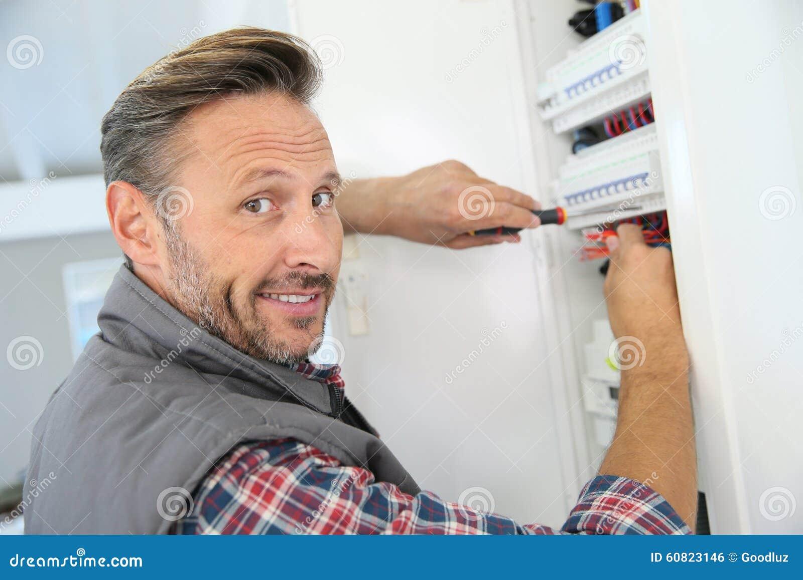 Électricien travaillant aux installations