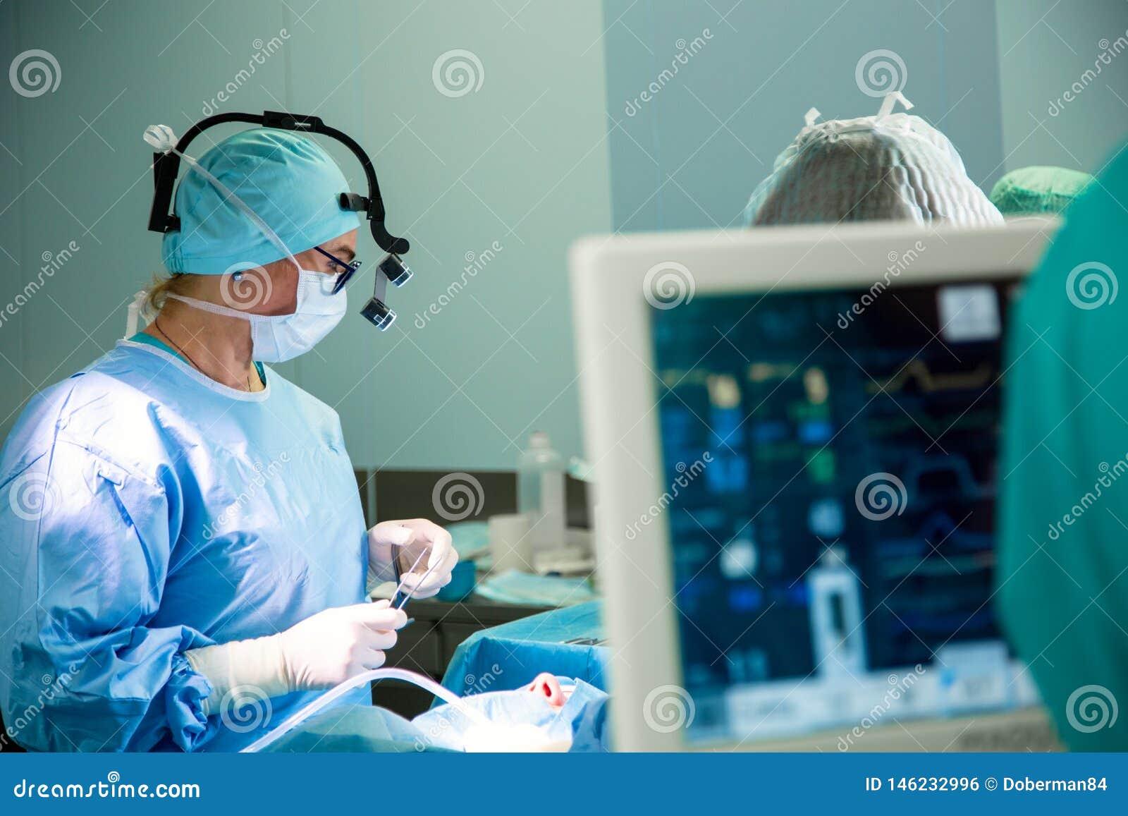 Électrocardiogramme dans la chambre de secours fonctionnante de chirurgie d hôpital montrant la fréquence cardiaque patiente avec