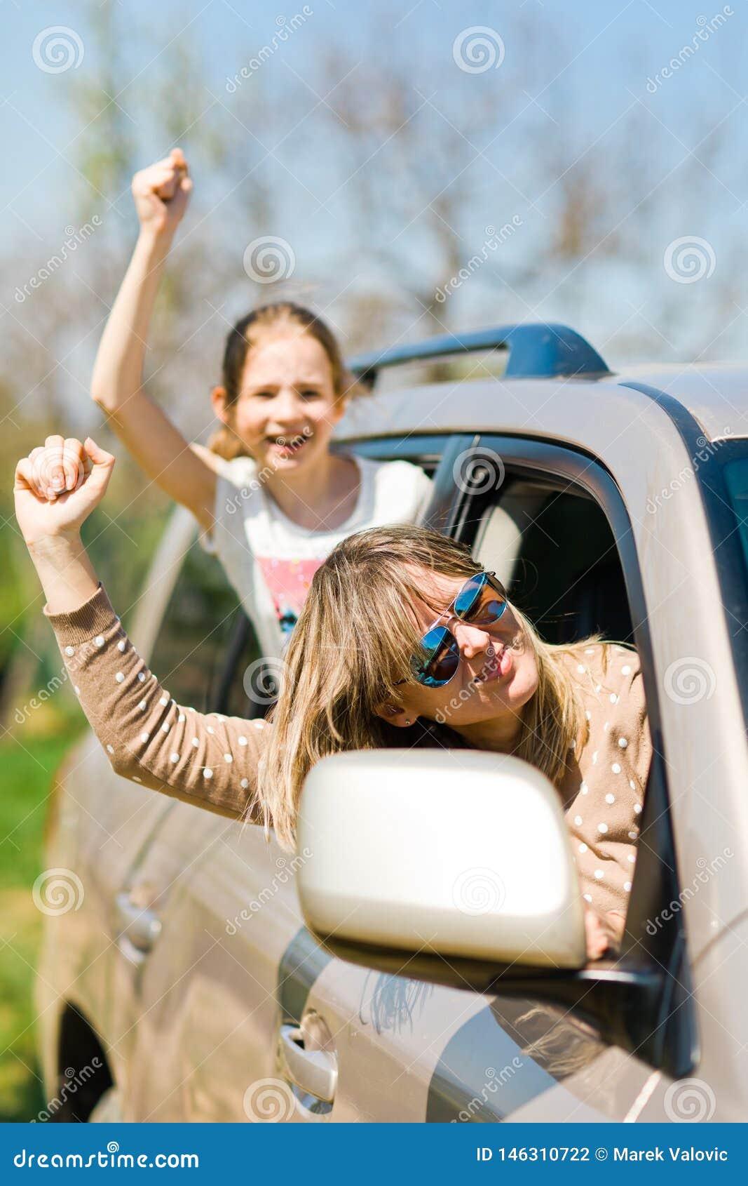 Émeutiers derrière la roue - voyous féminins dans la voiture