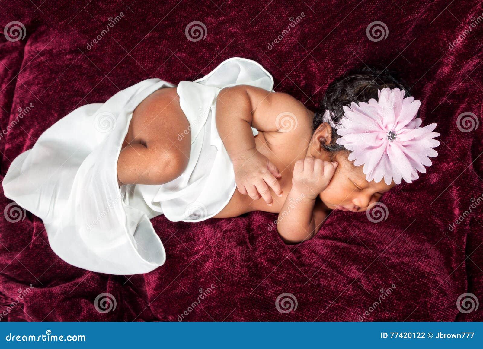 Émois nouveau-nés de fille d afro-américain légèrement dans son sommeil