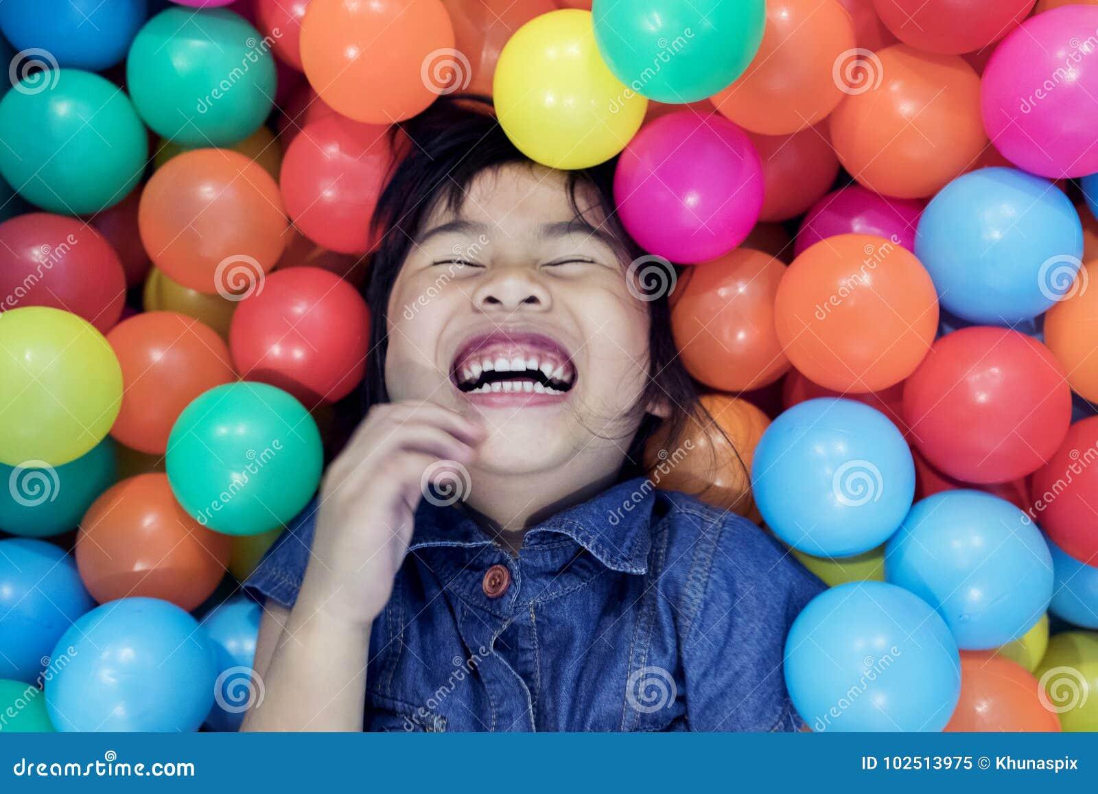 Émotion de bonheur d enfants dans coloré sur la piscine de boule