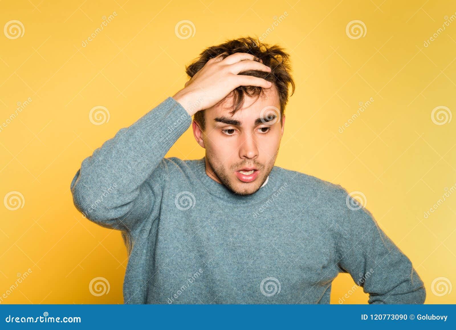 Émotion effrayée effrayée inquiétée triste de cheveux de traction d homme