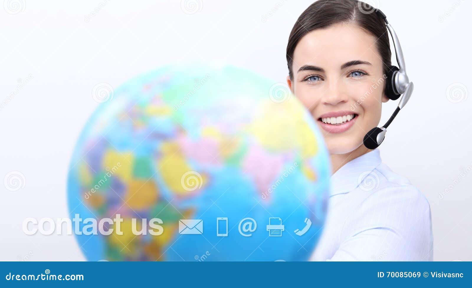 Éntrenos en contacto con, mujer del operador del servicio de atención al cliente con la sonrisa de las auriculares