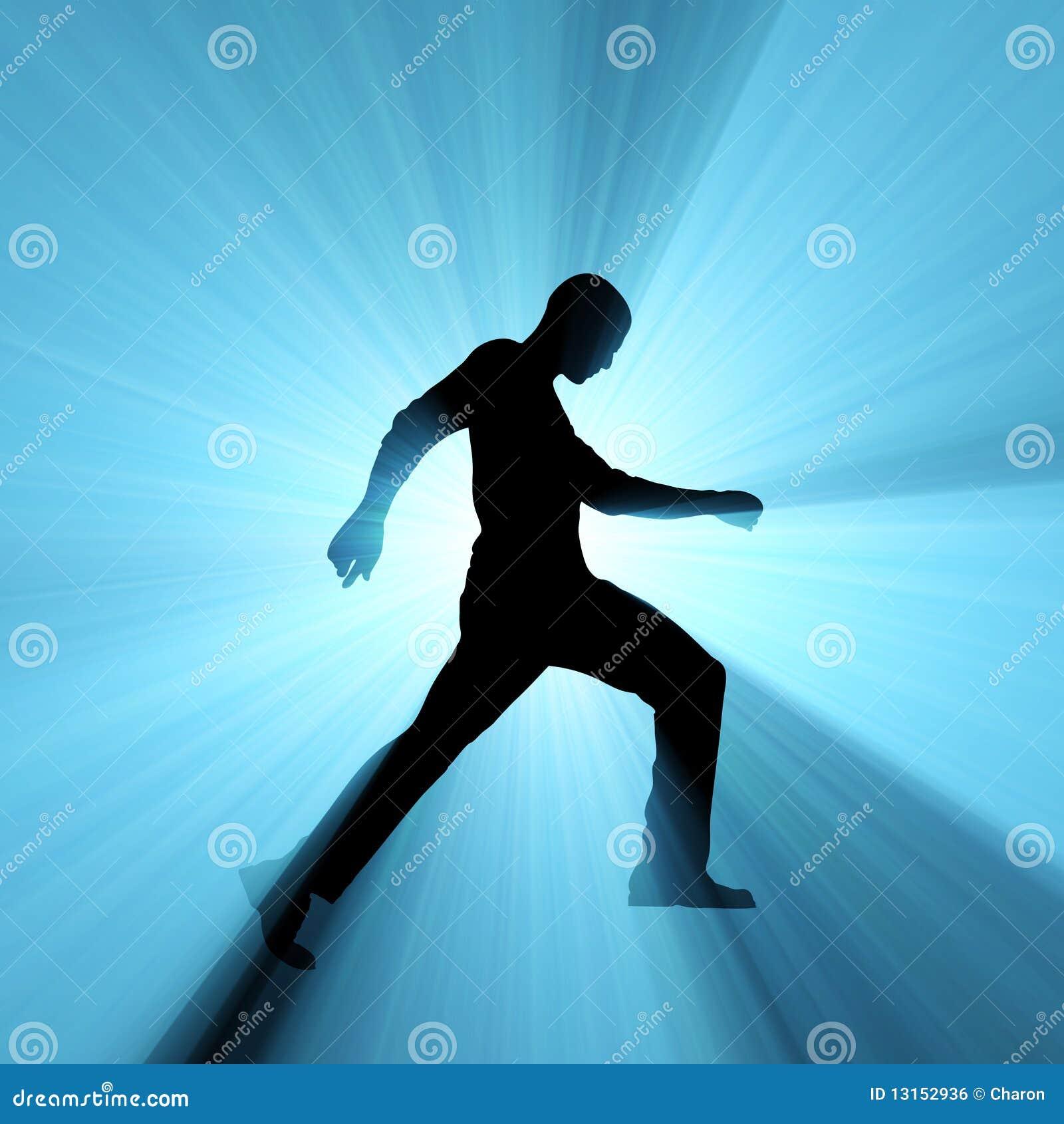 Épanouissement de lumière d ombre de marche d homme