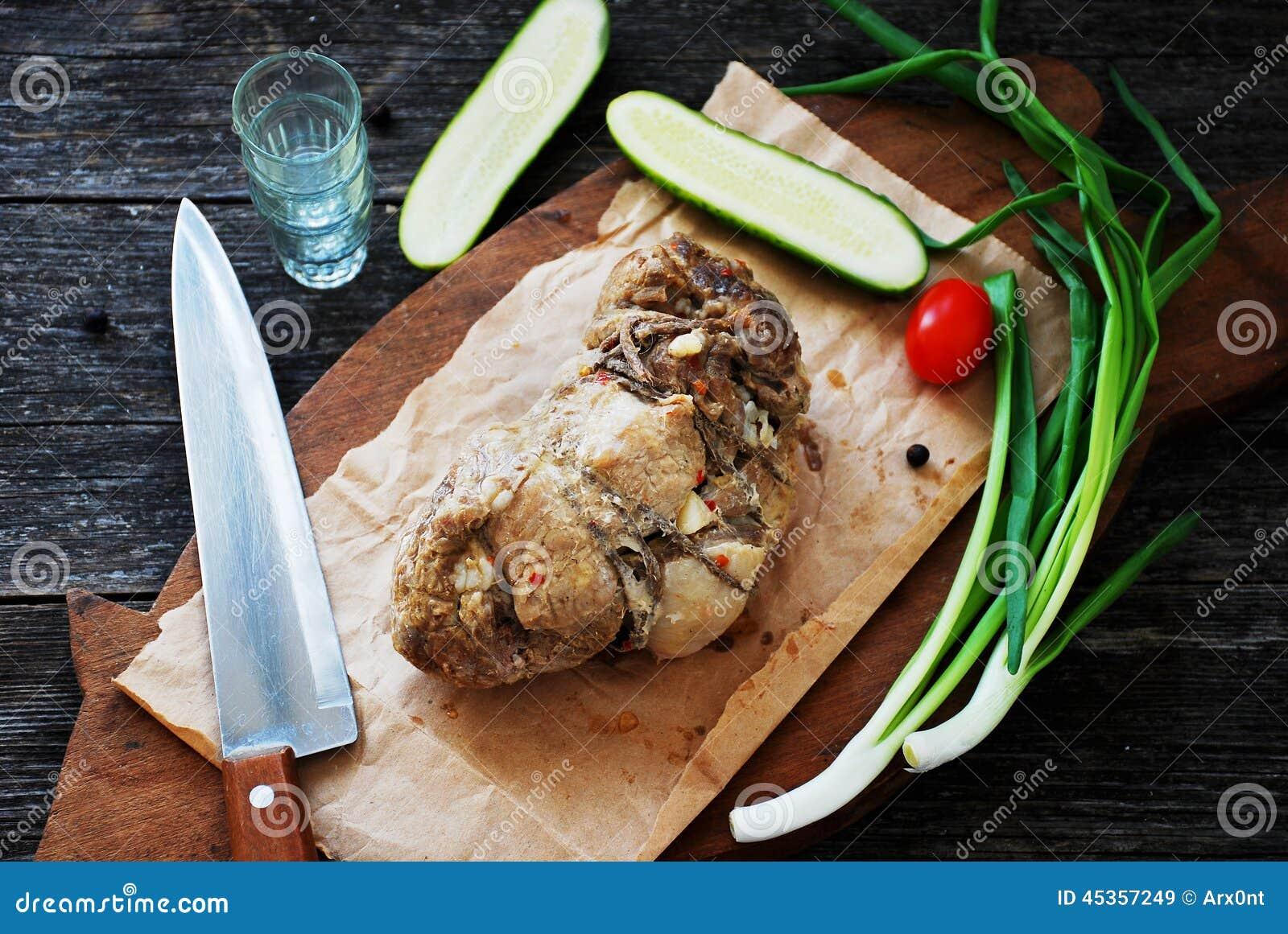Épaule rôtie de porc sur la planche à découper en bois